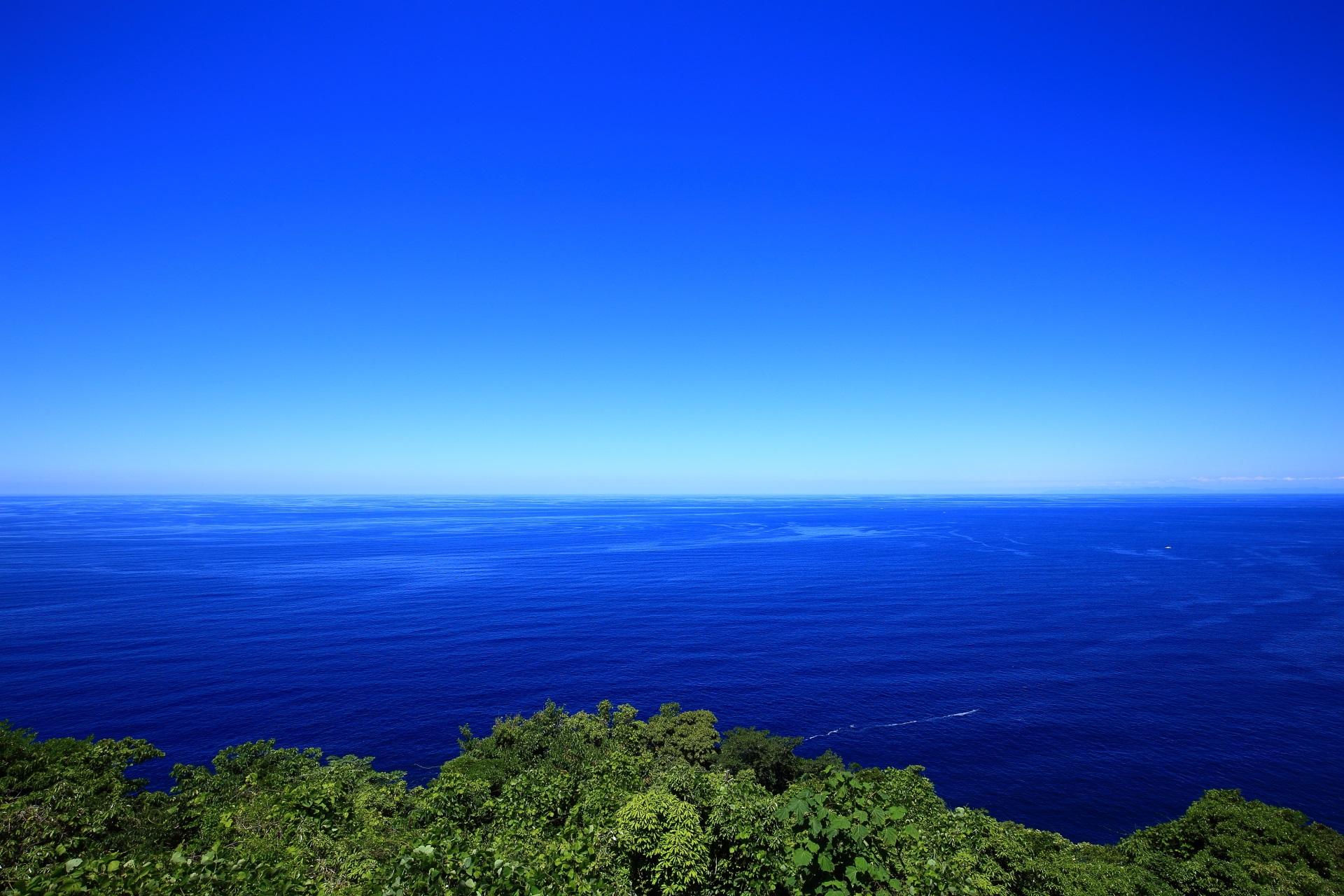経ヶ岬灯台の前(灯台よりも海側)から眺めた日本海