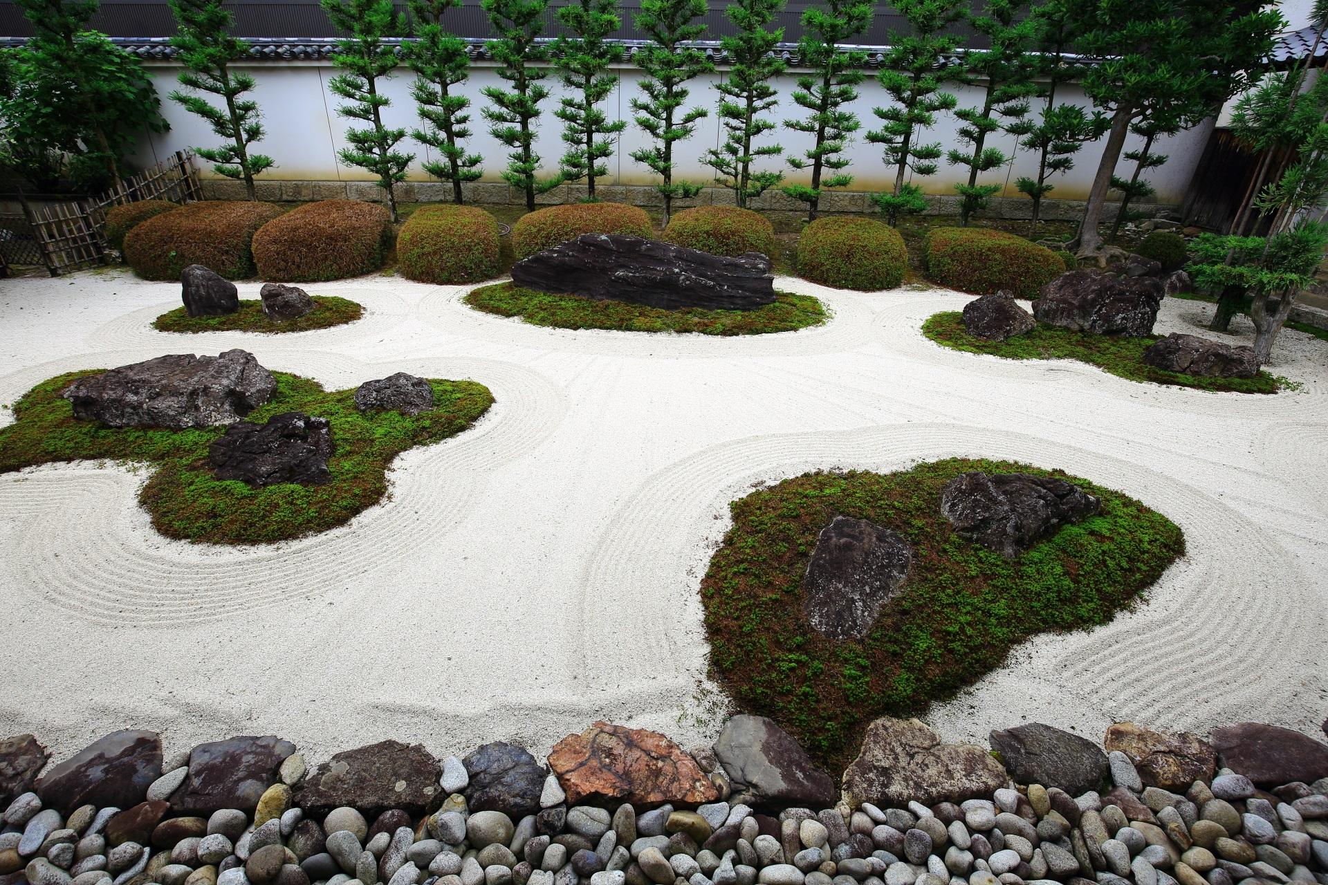 白砂の美しい十六羅漢石庭