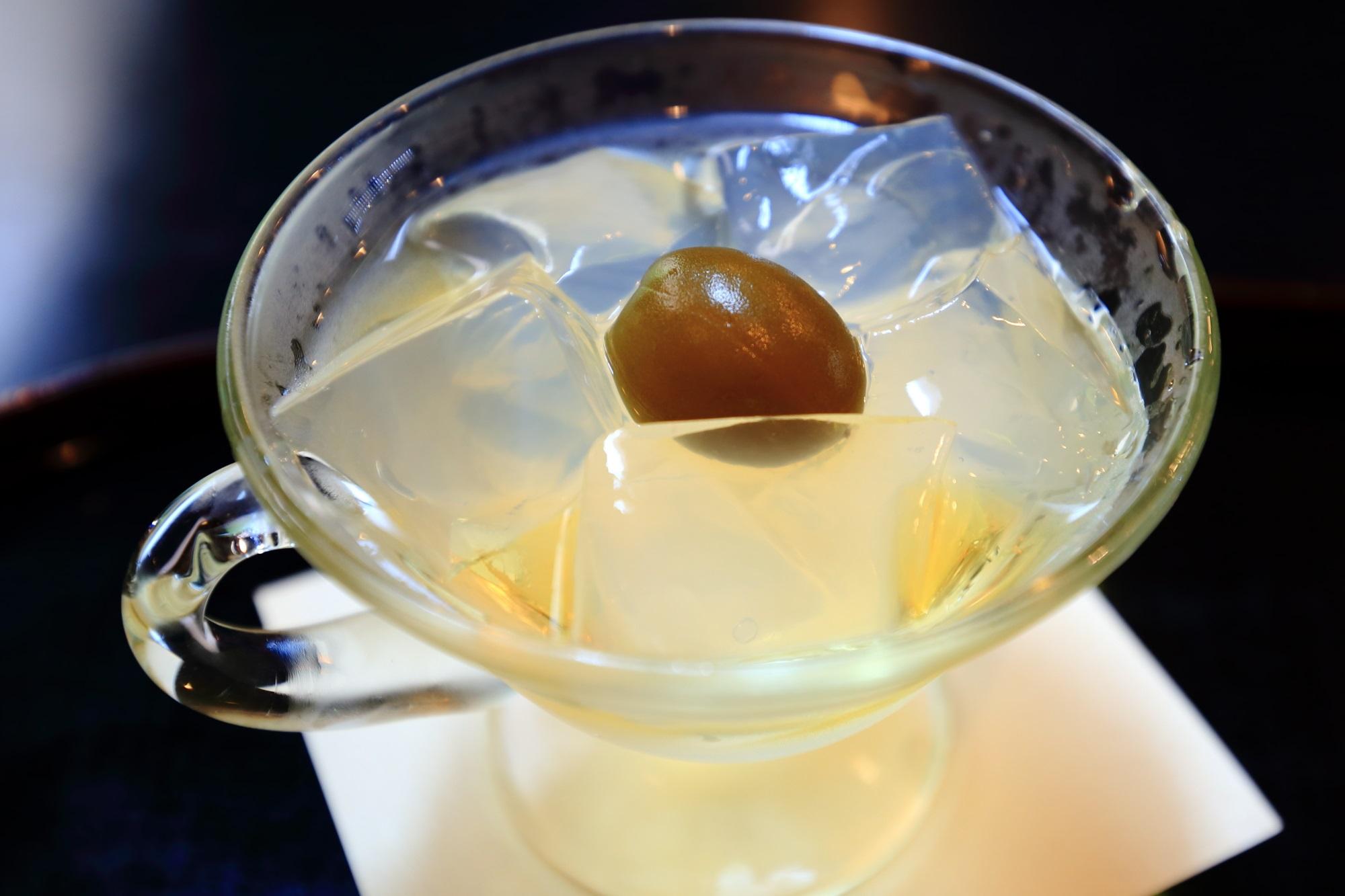ほのかな甘さと酸っぱさが調和する梅酒の琥珀流し