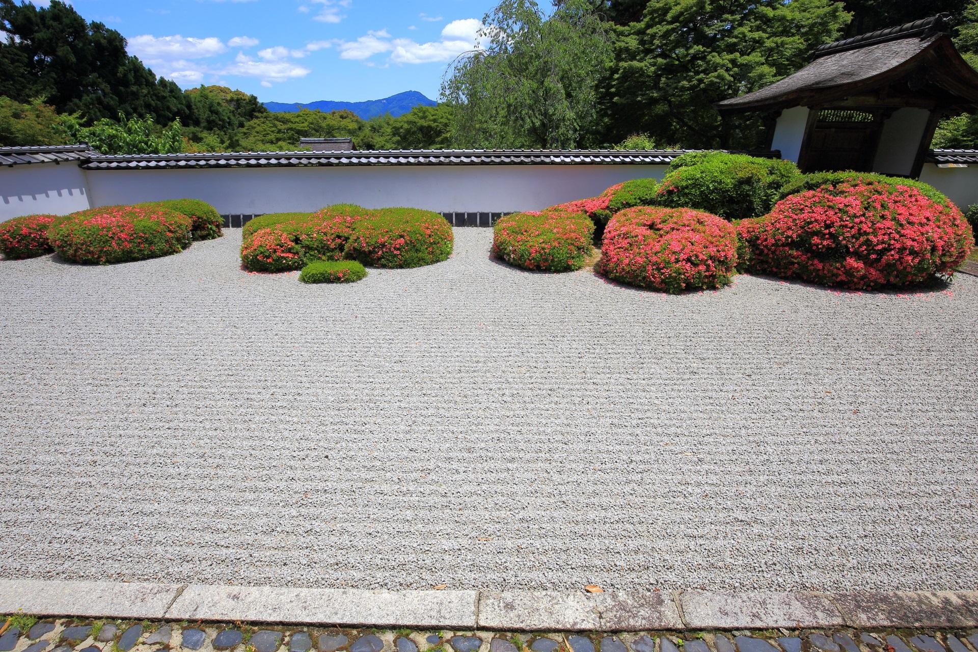 サツキの刈り込み(株)で「七五三」を表現する枯山水庭園