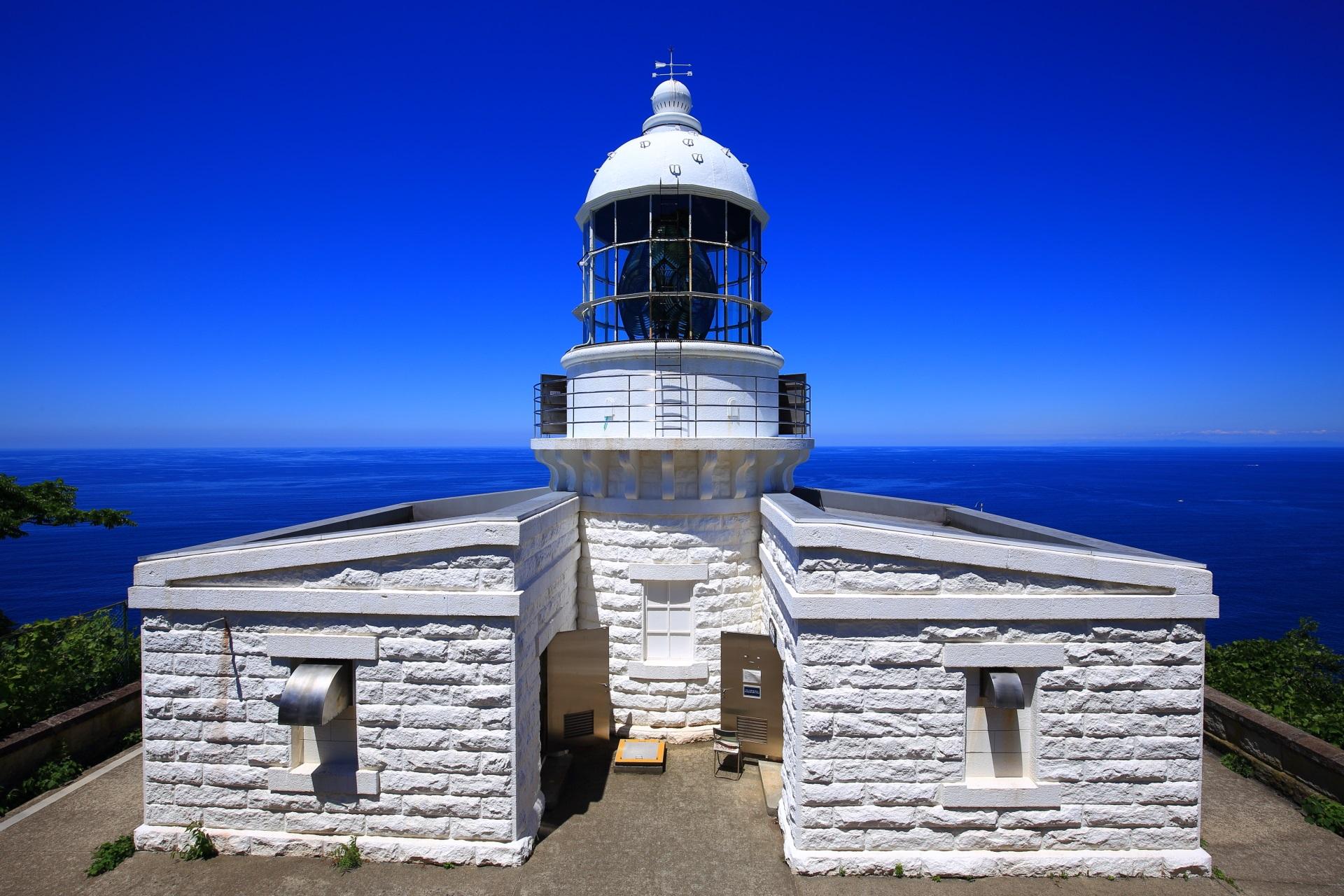 京丹後の白い経ヶ岬灯台と青い海