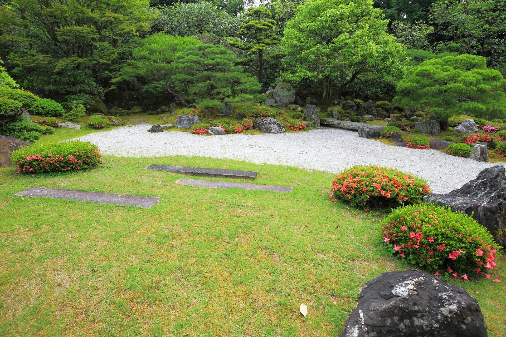 友禅苑の白砂に岩や緑が配された枯山水庭園