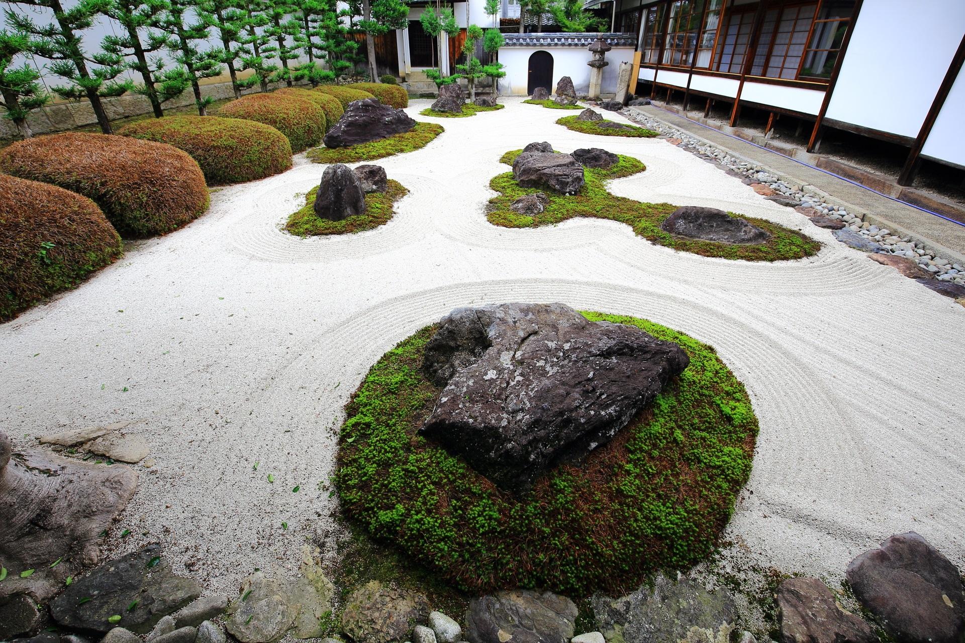 妙蓮寺の十六羅漢石庭