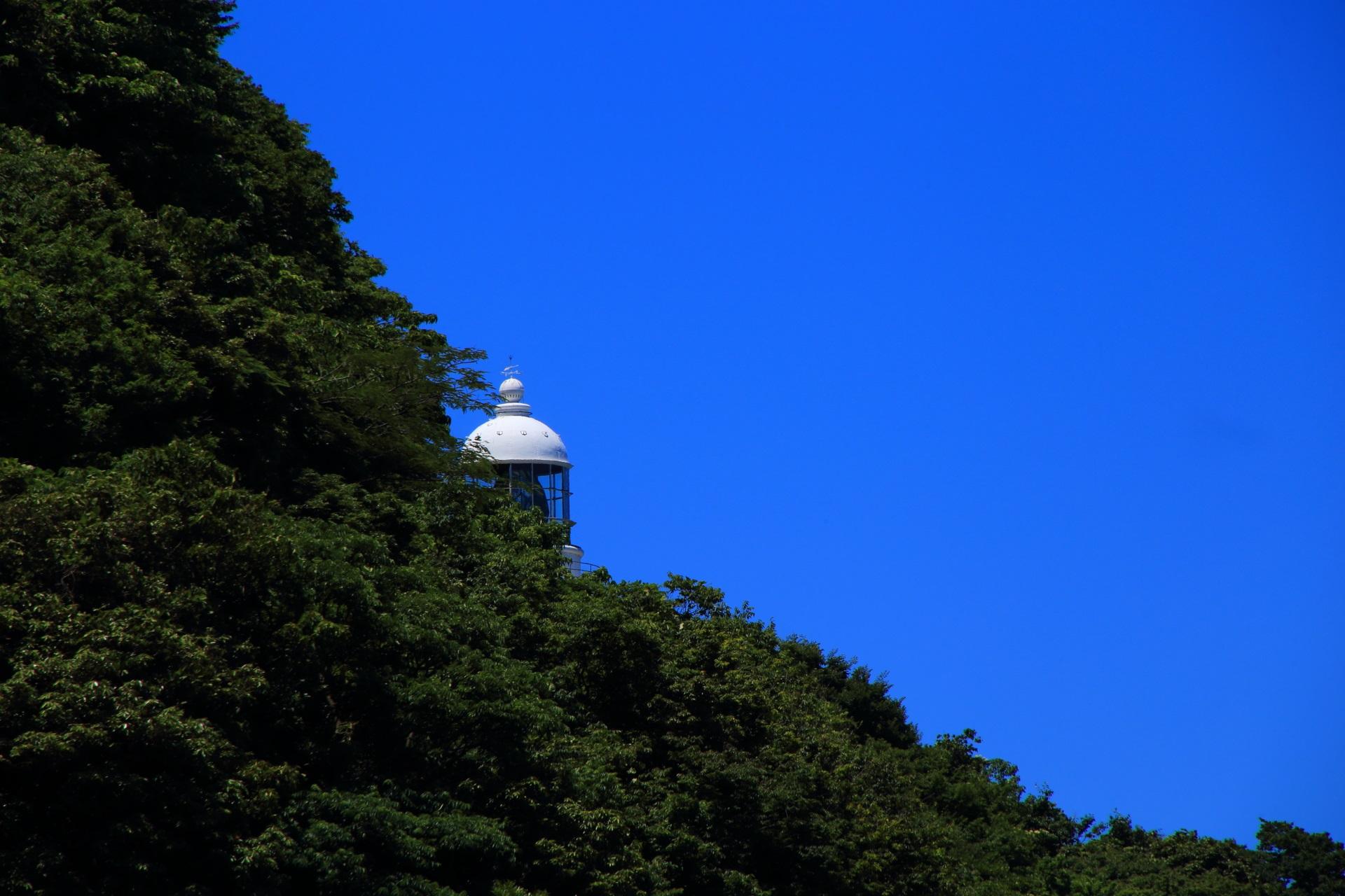京丹後の経ヶ岬展望台から眺める山の中腹にある白い経ヶ岬灯台