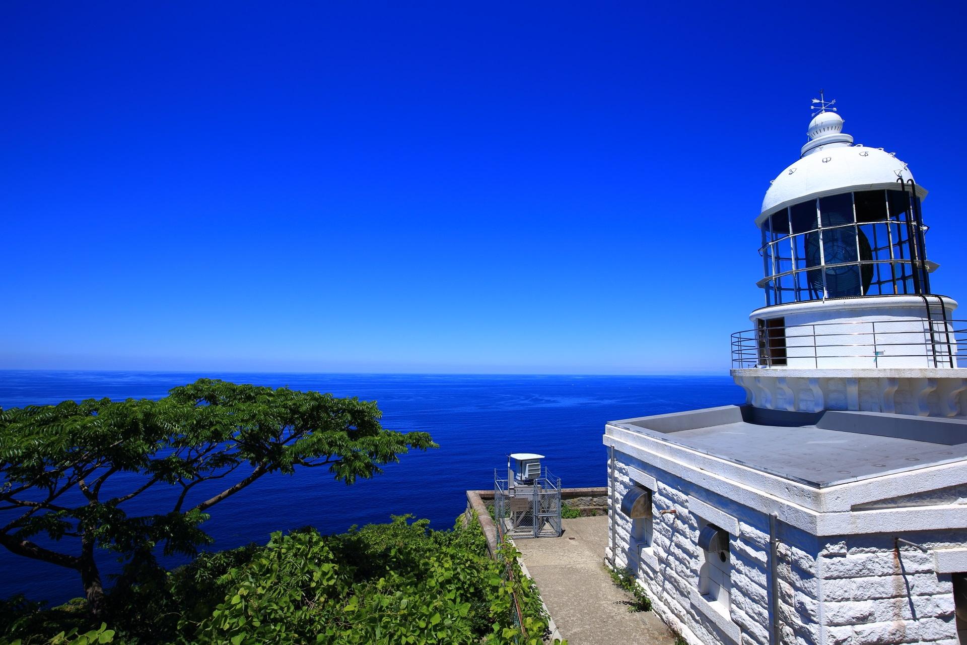 フランス製の経ヶ岬灯台と日本海