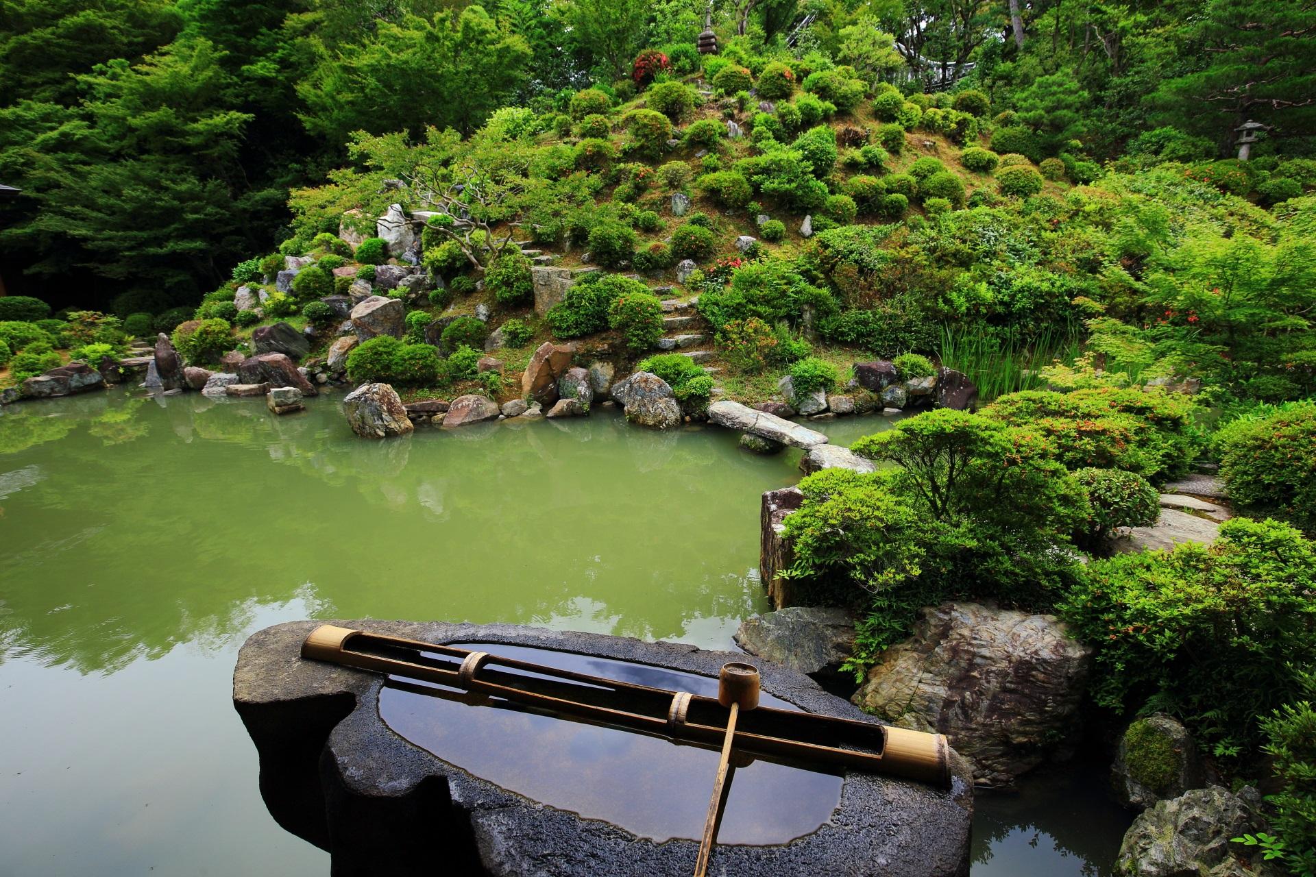 名勝庭園の風情ある手水鉢