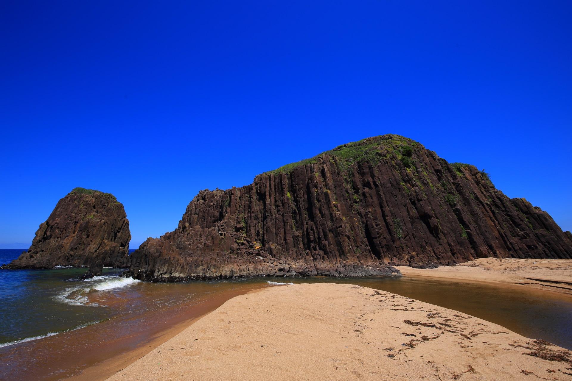 砂浜でつながっていて近くまで行ける海の京都の名所の立岩