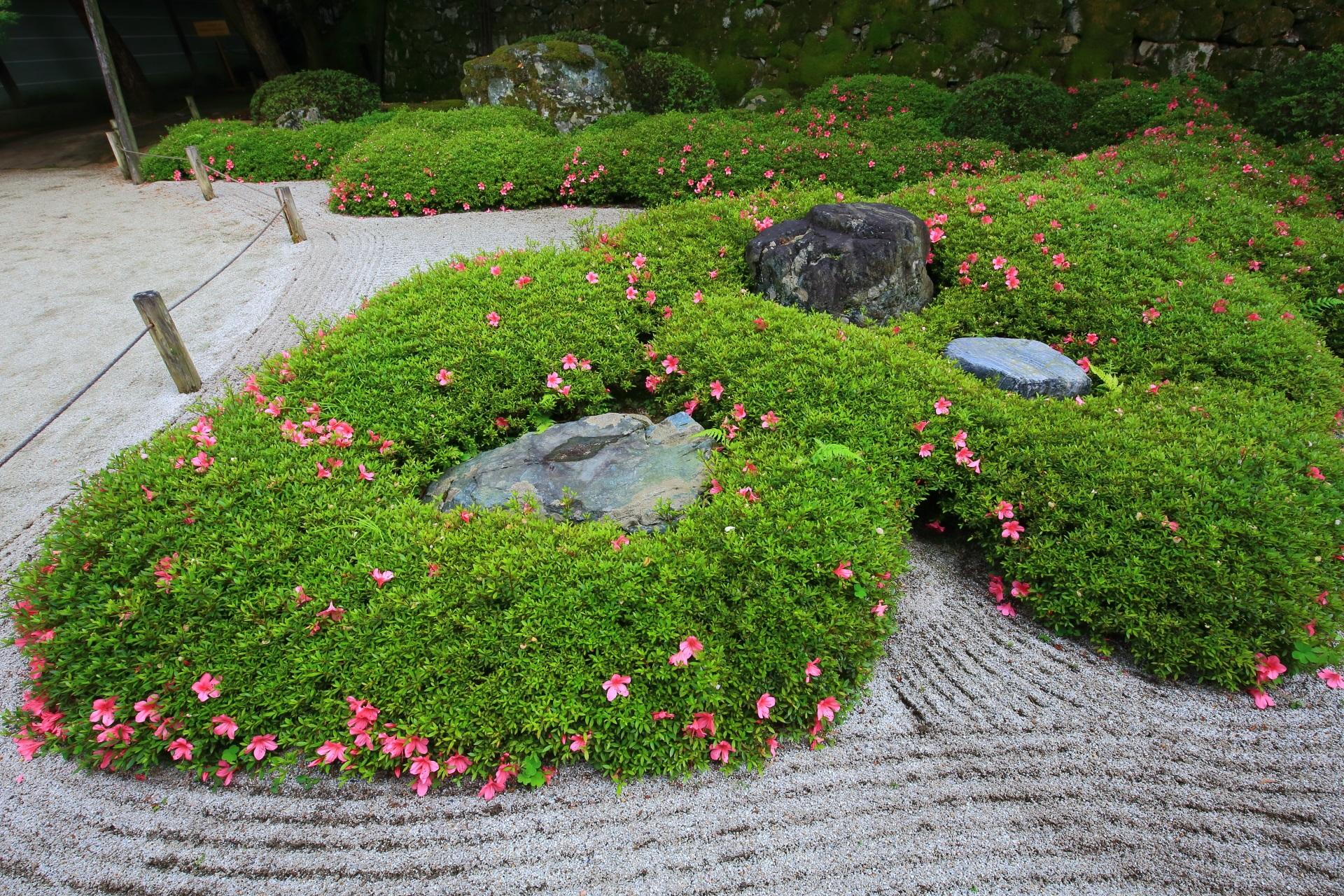 形も色も様々な配された岩と綺麗に手入れされた砂の模様