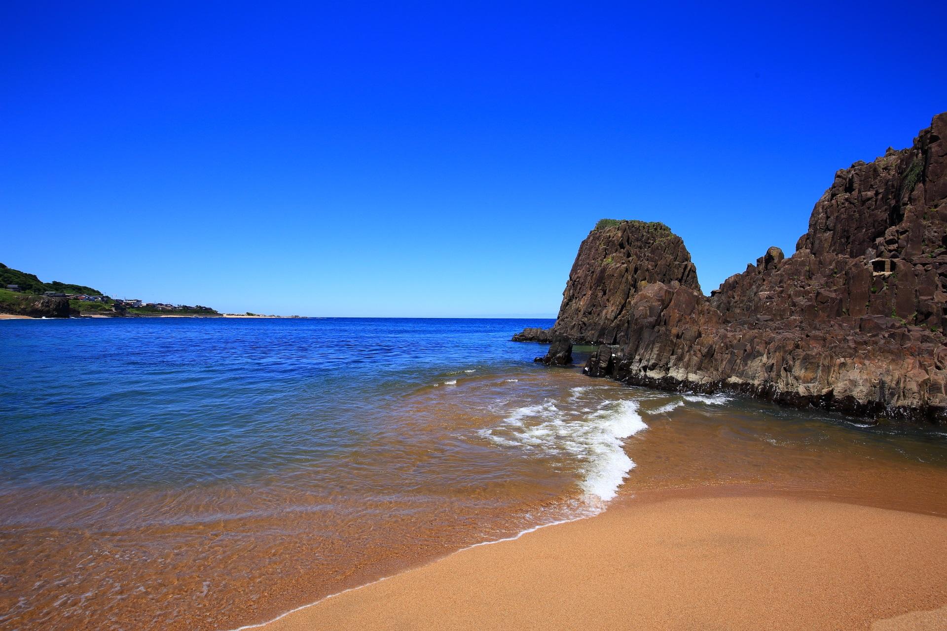 透き通る綺麗な海の後ヶ浜海岸に立つ「立岩」