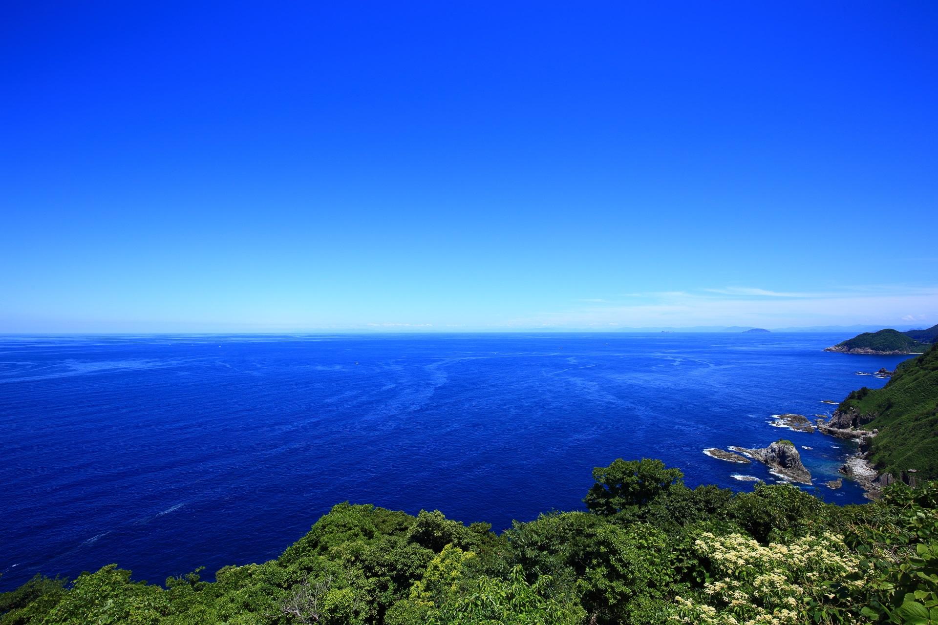 高い位置の経ヶ岬灯台から望む青い日本海