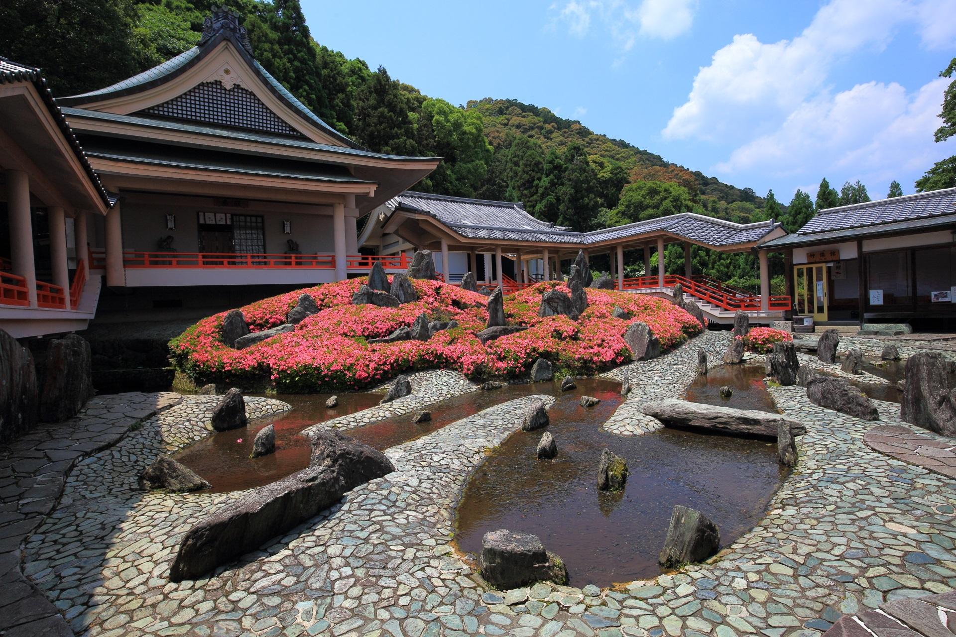 池泉式の上品な庭園の「曲水(きょくすい)の庭」