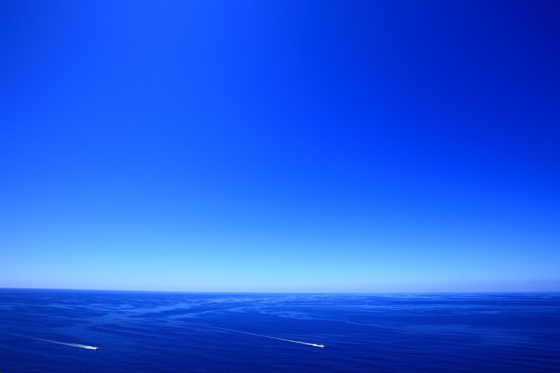 経ヶ岬から眺める青い海と船