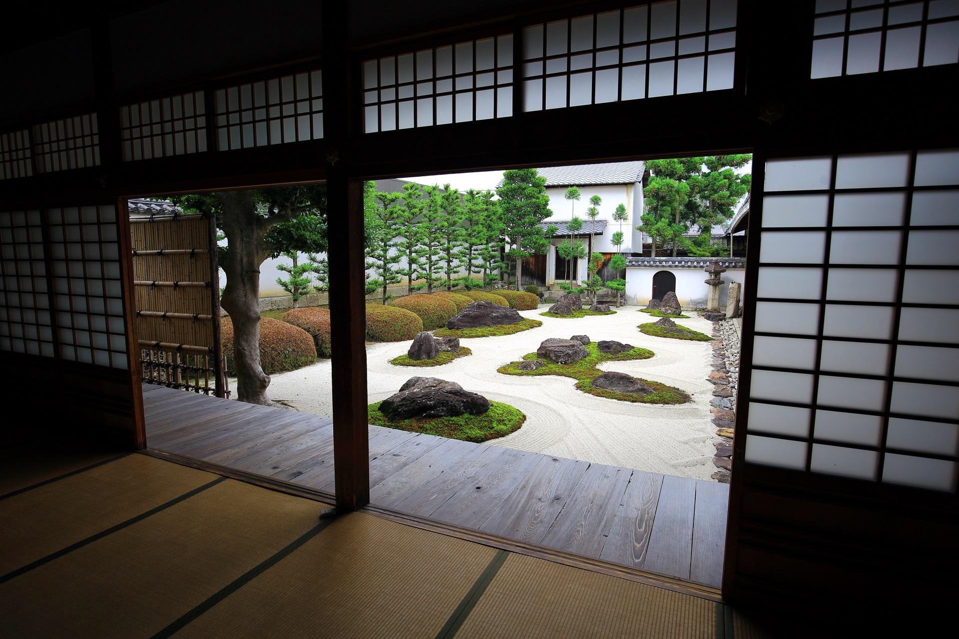 妙蓮寺の額縁庭園としての十六羅漢石庭