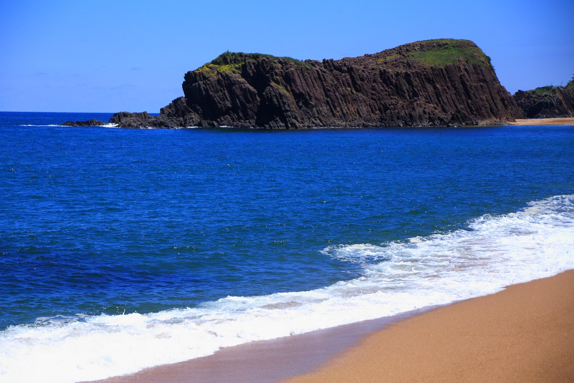 京丹後の間人(たいざ)の青い海に大きくそびえ立つ立岩(たていわ)