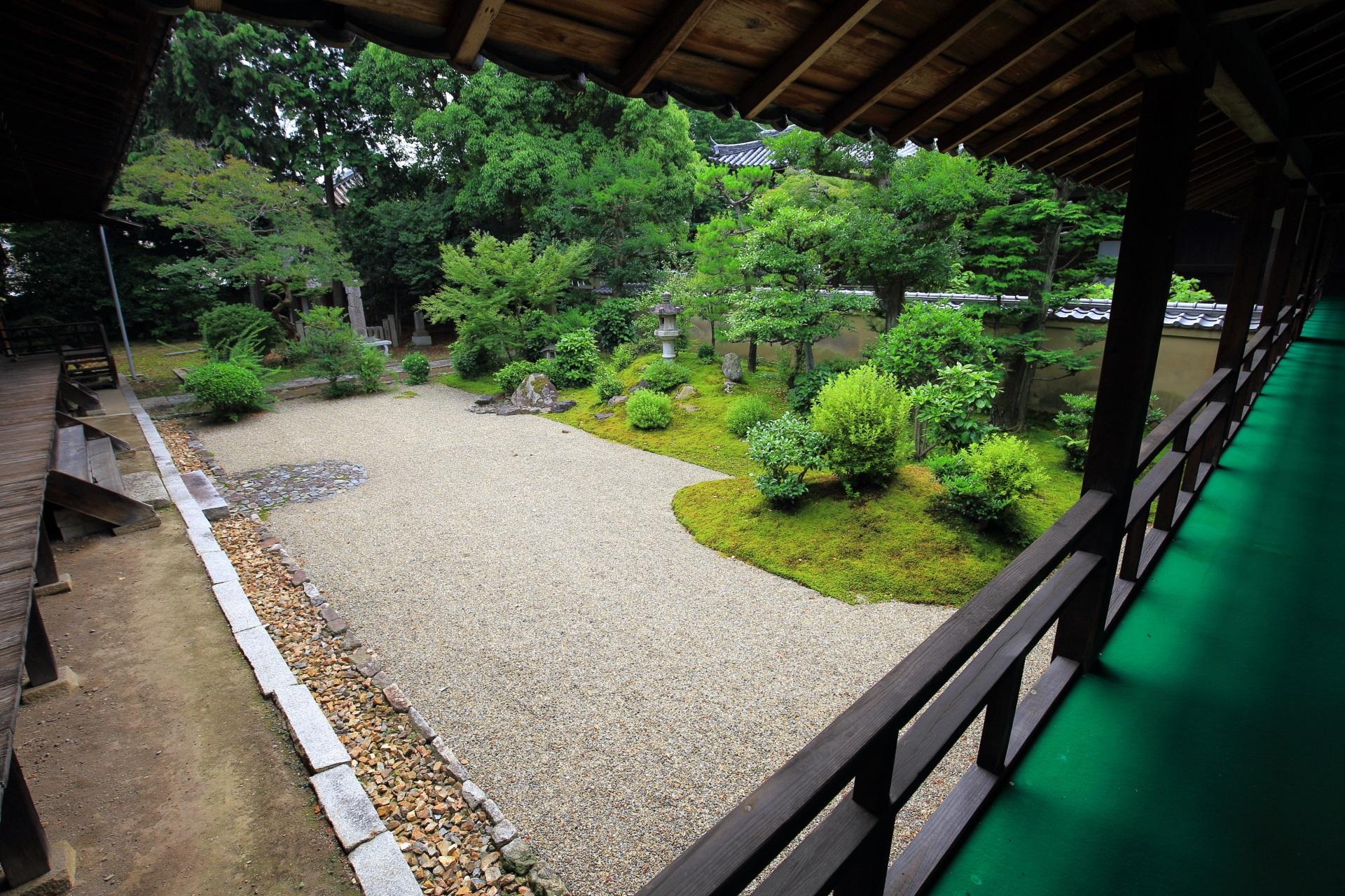白砂と緑の美しい立本寺の庭園