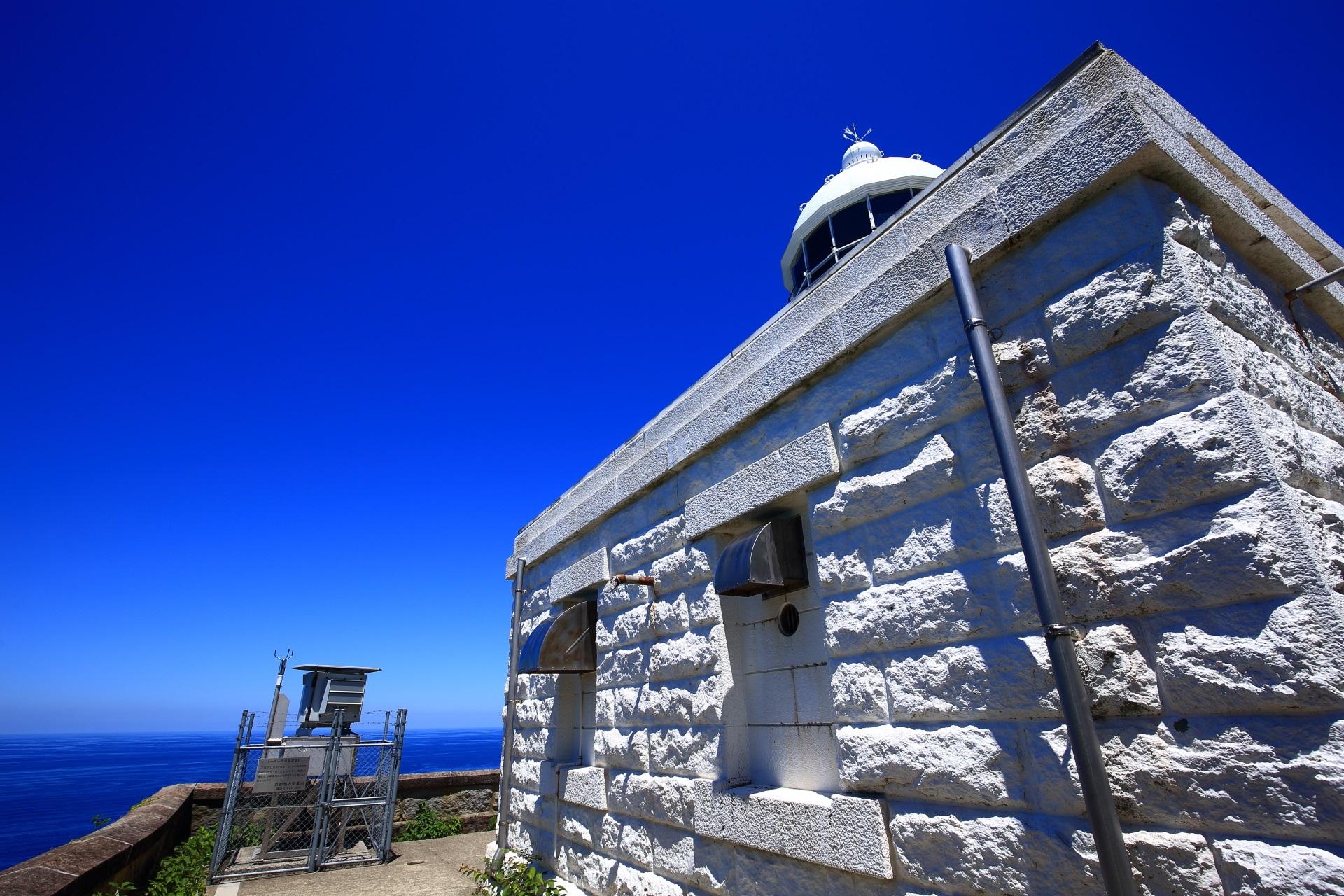 白い経ヶ岬灯台の向こうに広がる青い海