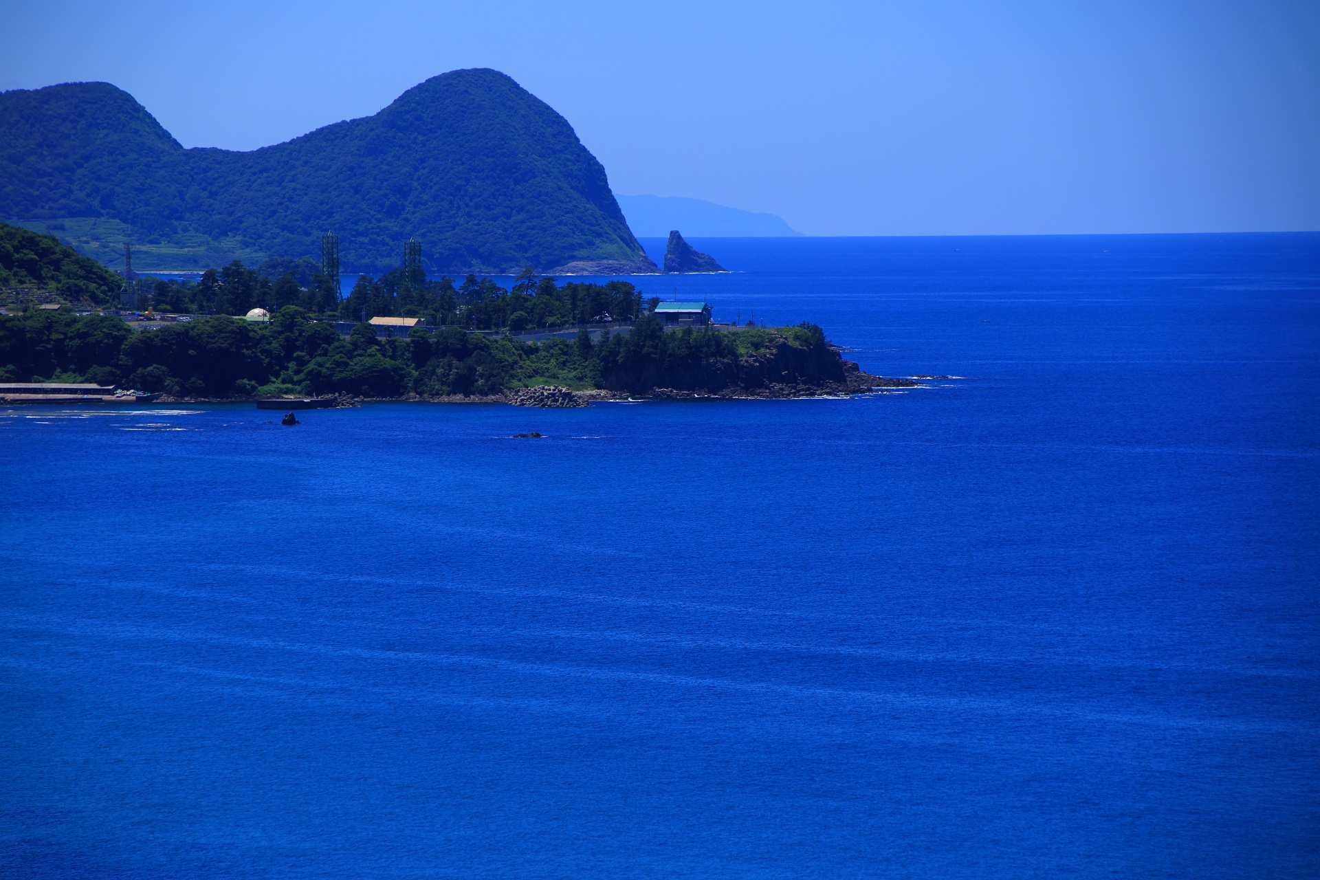 京丹後の経ヶ岬(きょうがみさき)の見事なコバルトブルーの海