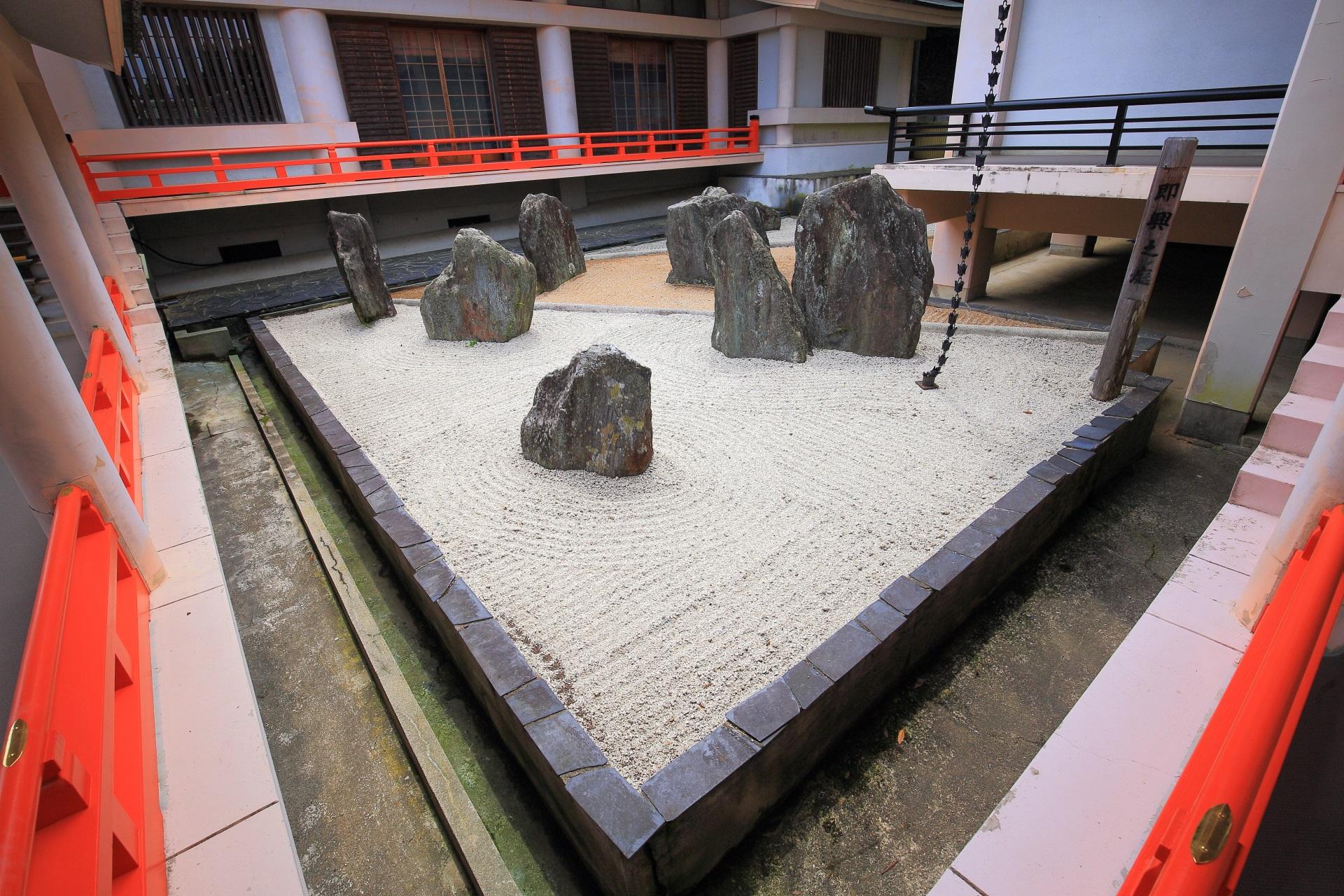 松尾大社の神像館横の美しい中庭