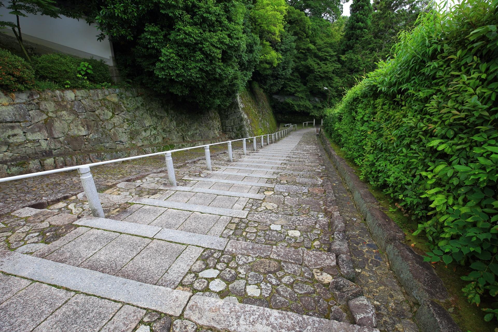 黒門へと続く趣きある石の黒門坂