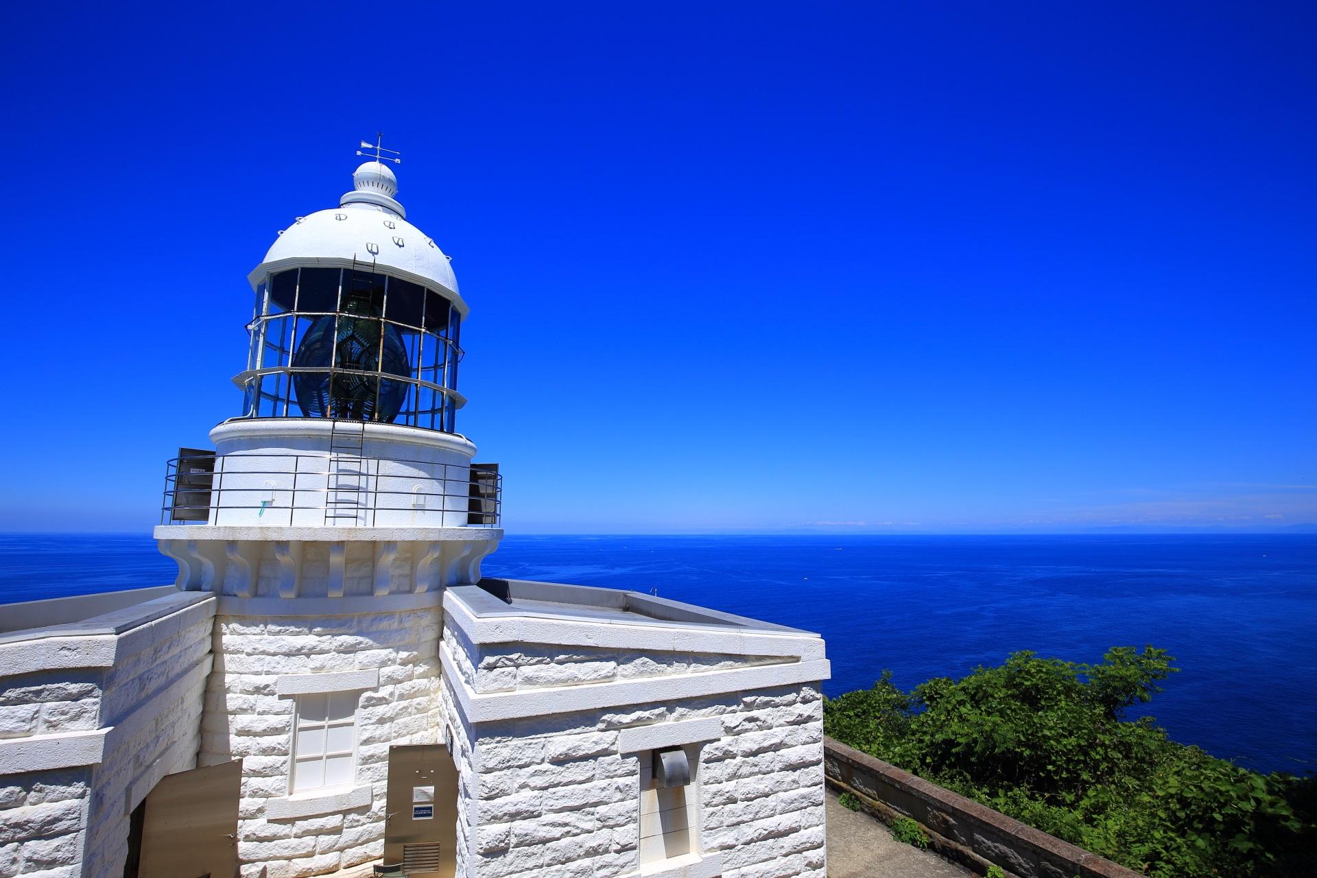 灯台の後ろから眺めた日本海と経ヶ岬灯台