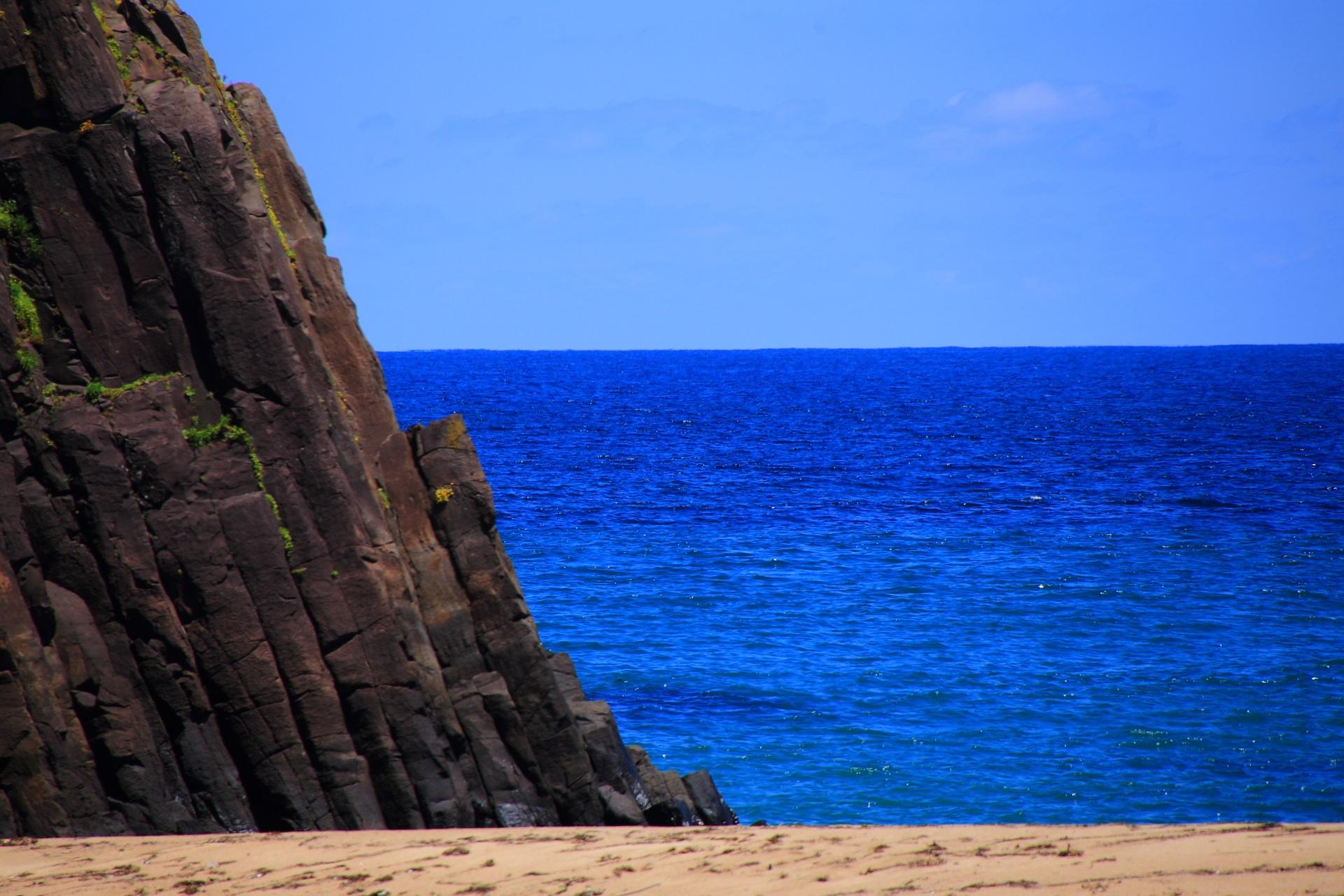 荘厳な岩と青い海のある京丹後の後ヶ浜(のちがはま)