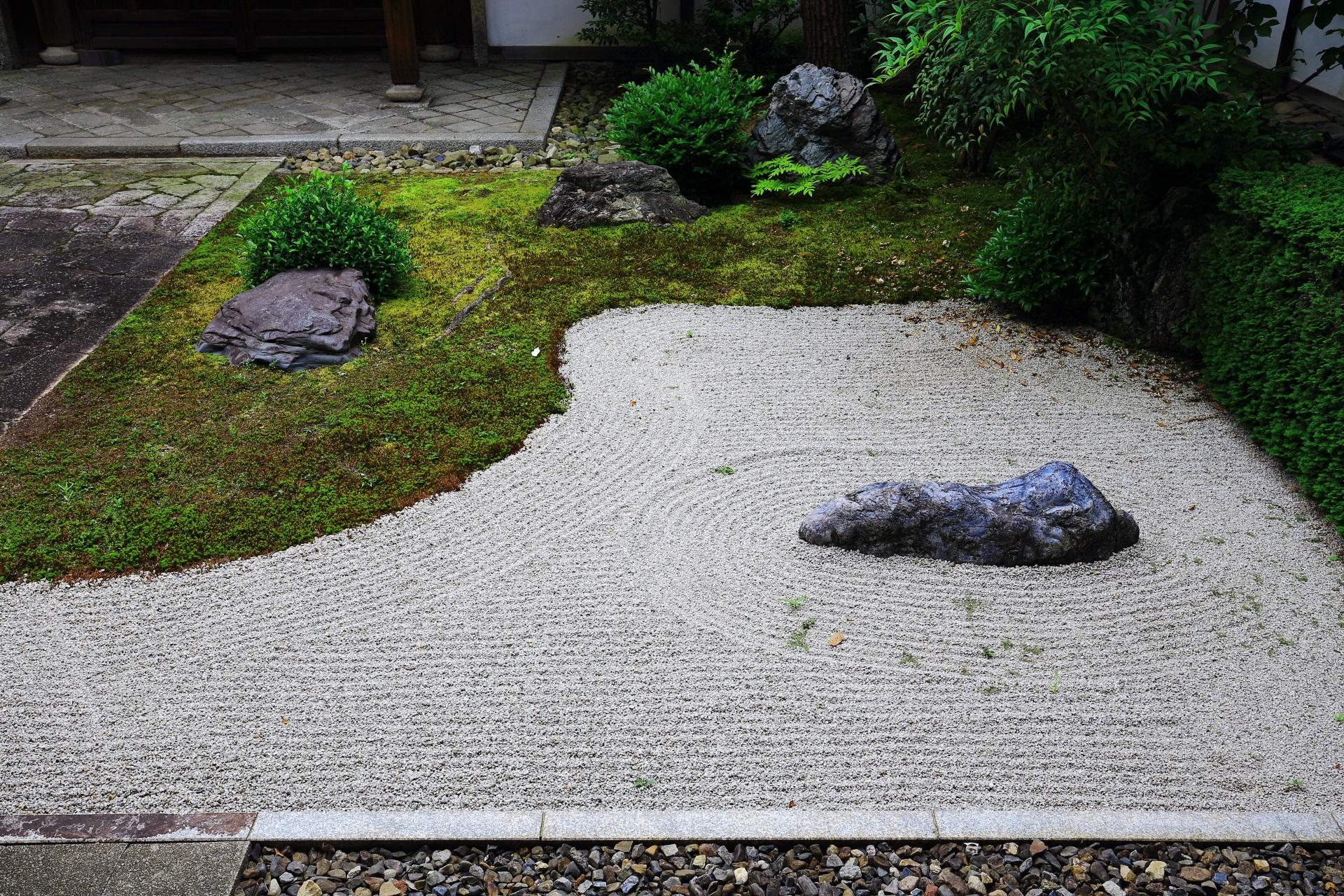 本法寺の美しい石の庭園