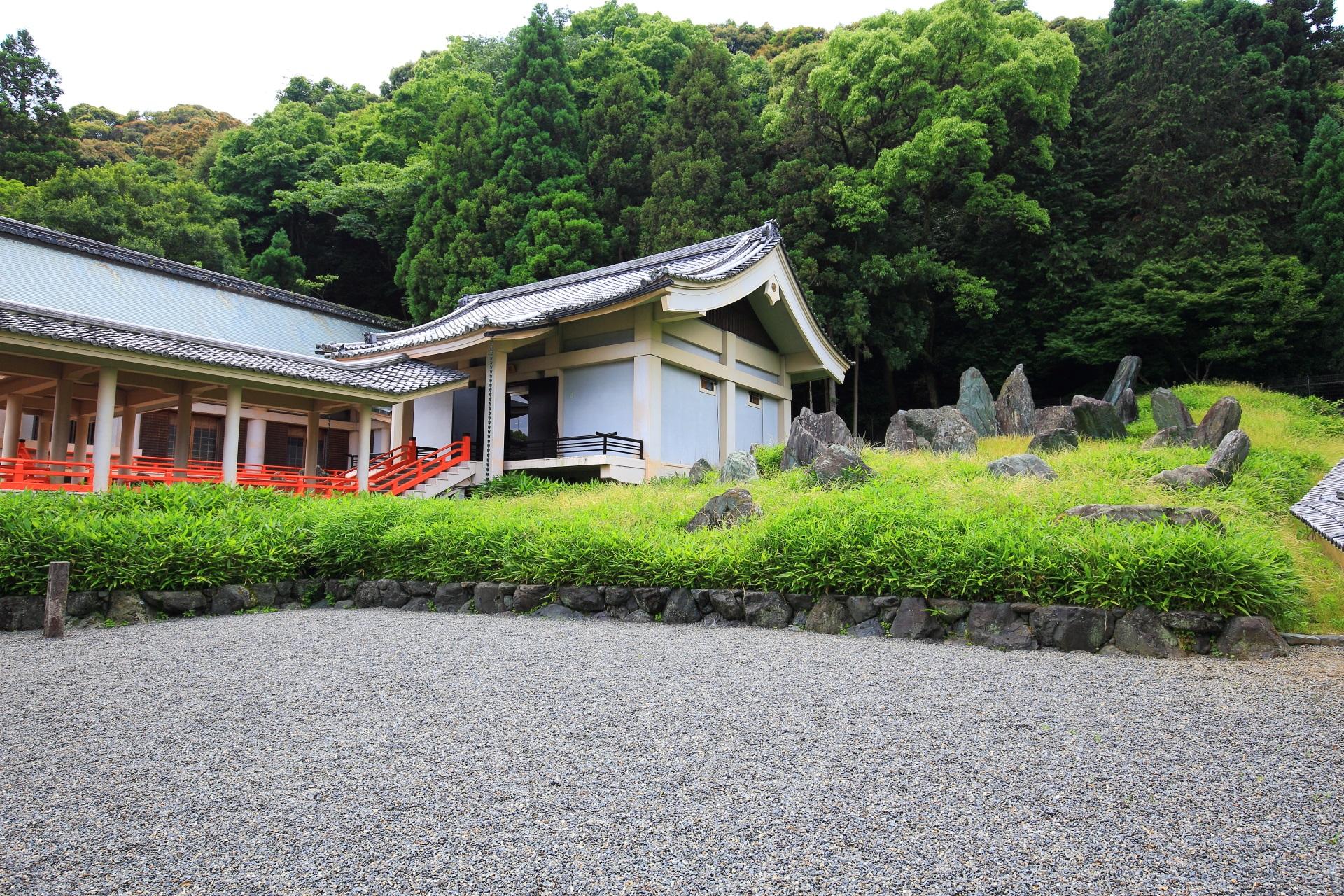 松尾大社の岩と緑の枯山水庭園である「上古(じょうこ)の庭」