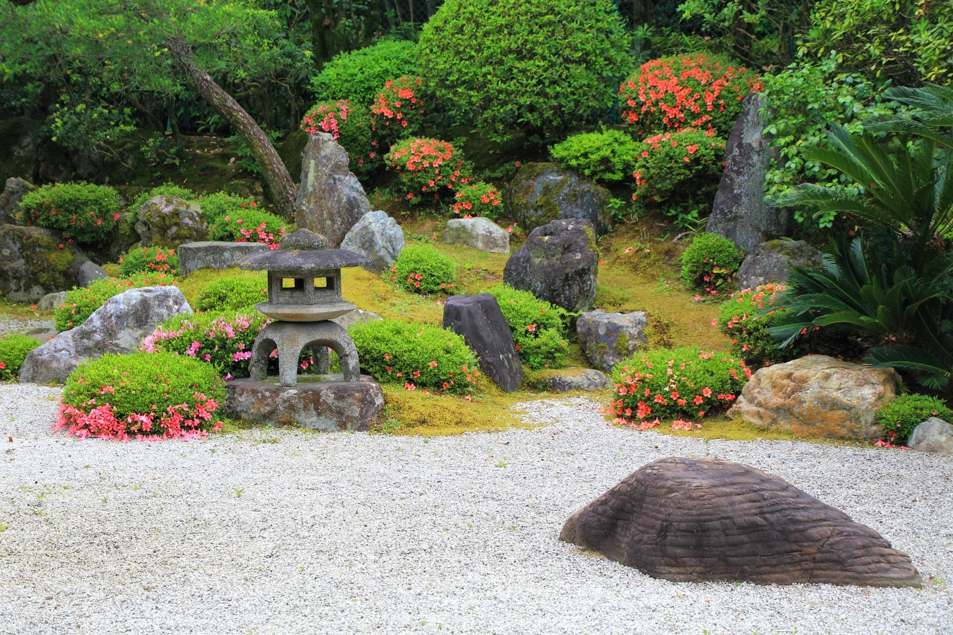 色とりどりのサツキやいろんな色の岩につつまれた友禅苑