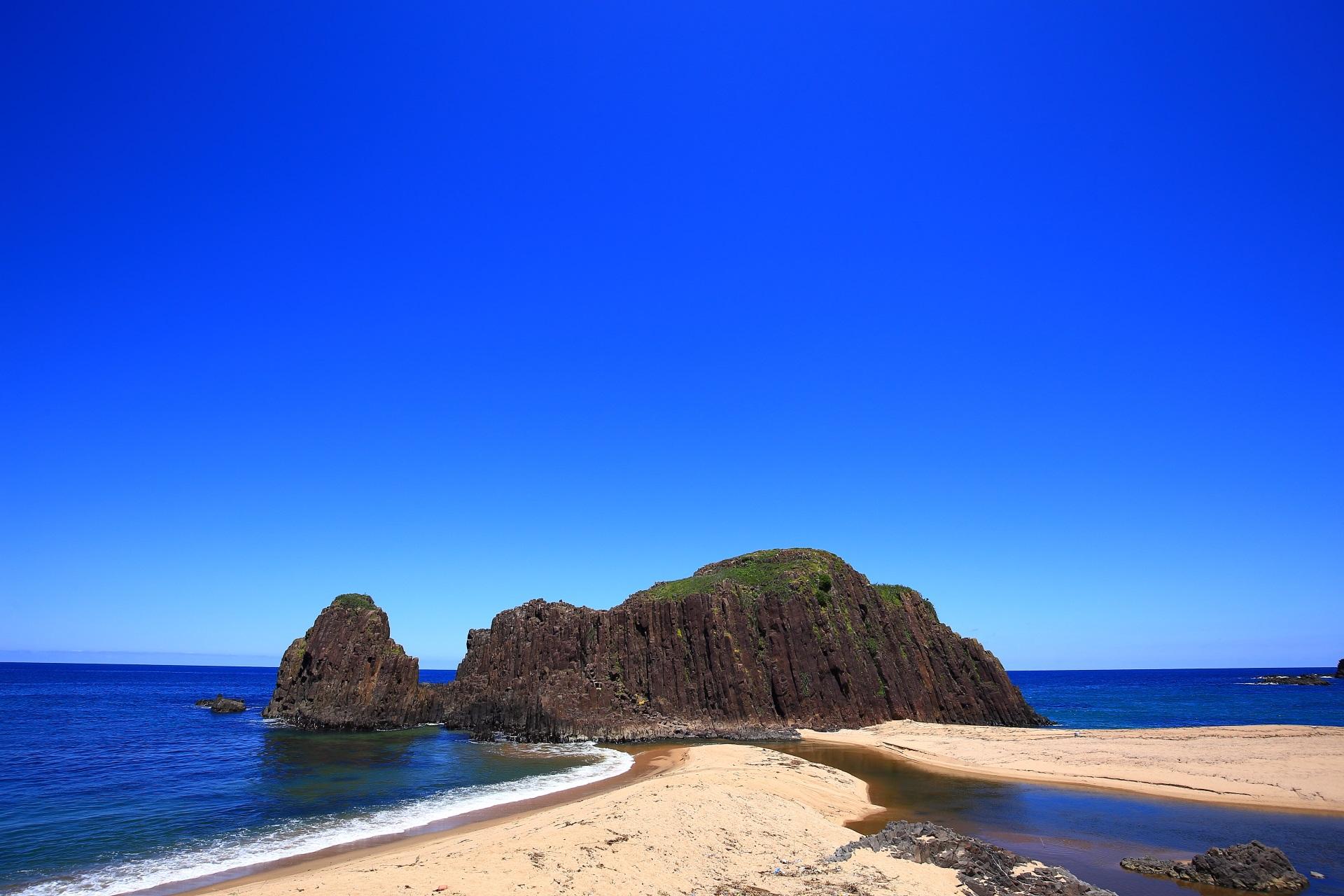立岩 京丹後の海にそびえ立つ自然岩