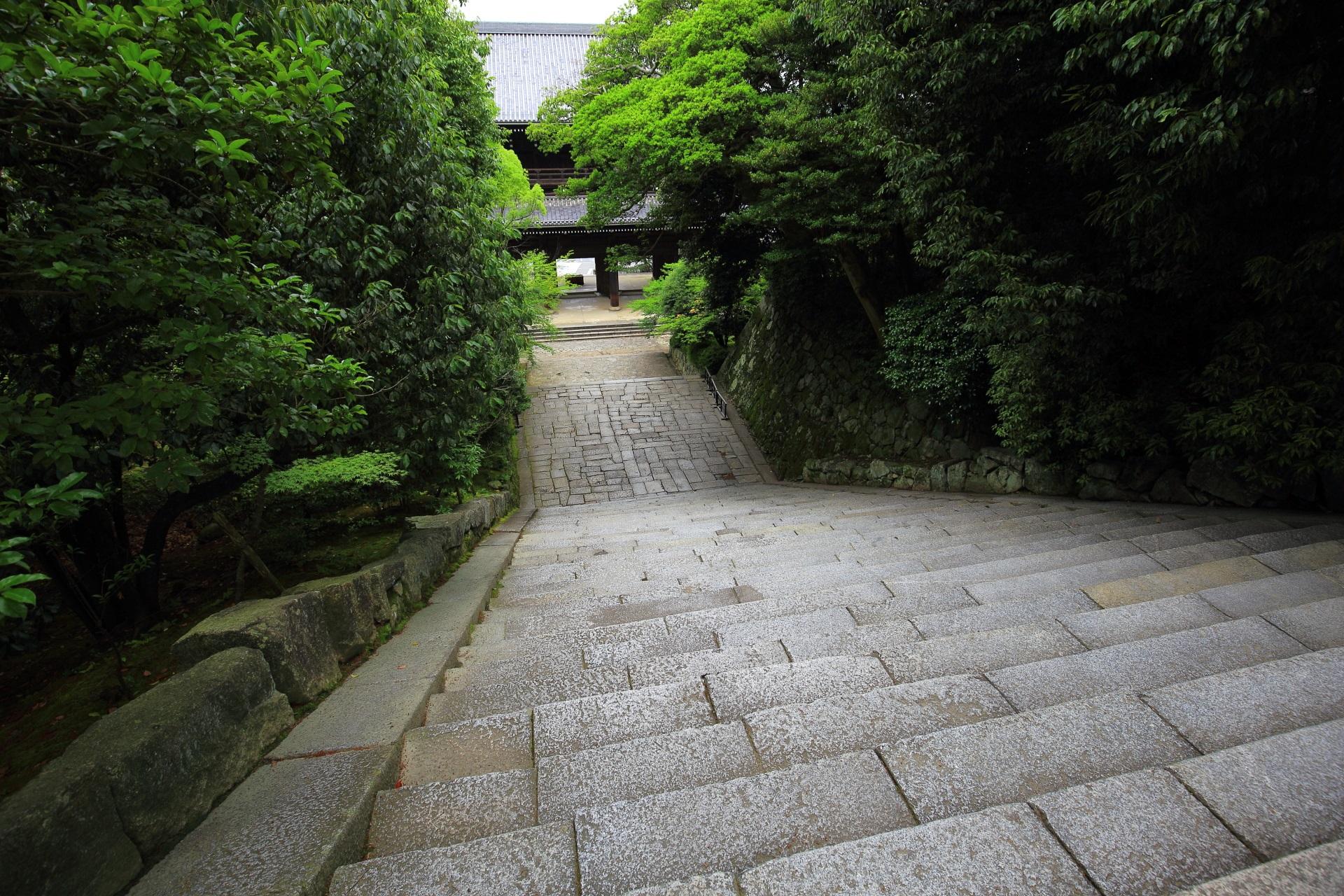 お城のような知恩院の三門と男坂