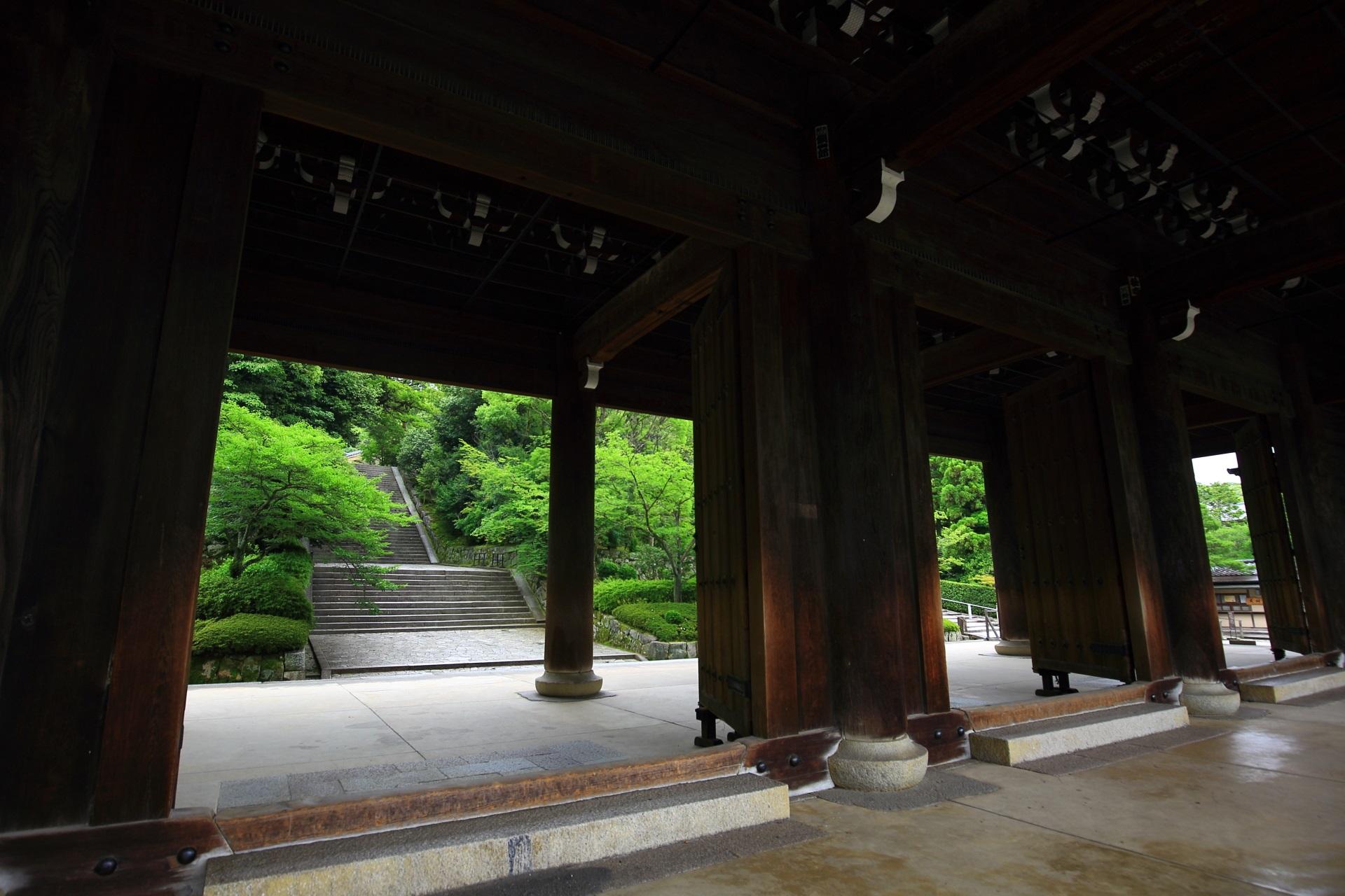 知恩院の入母屋造本瓦葺(いりもやづくりほんがわらぶき)の三門