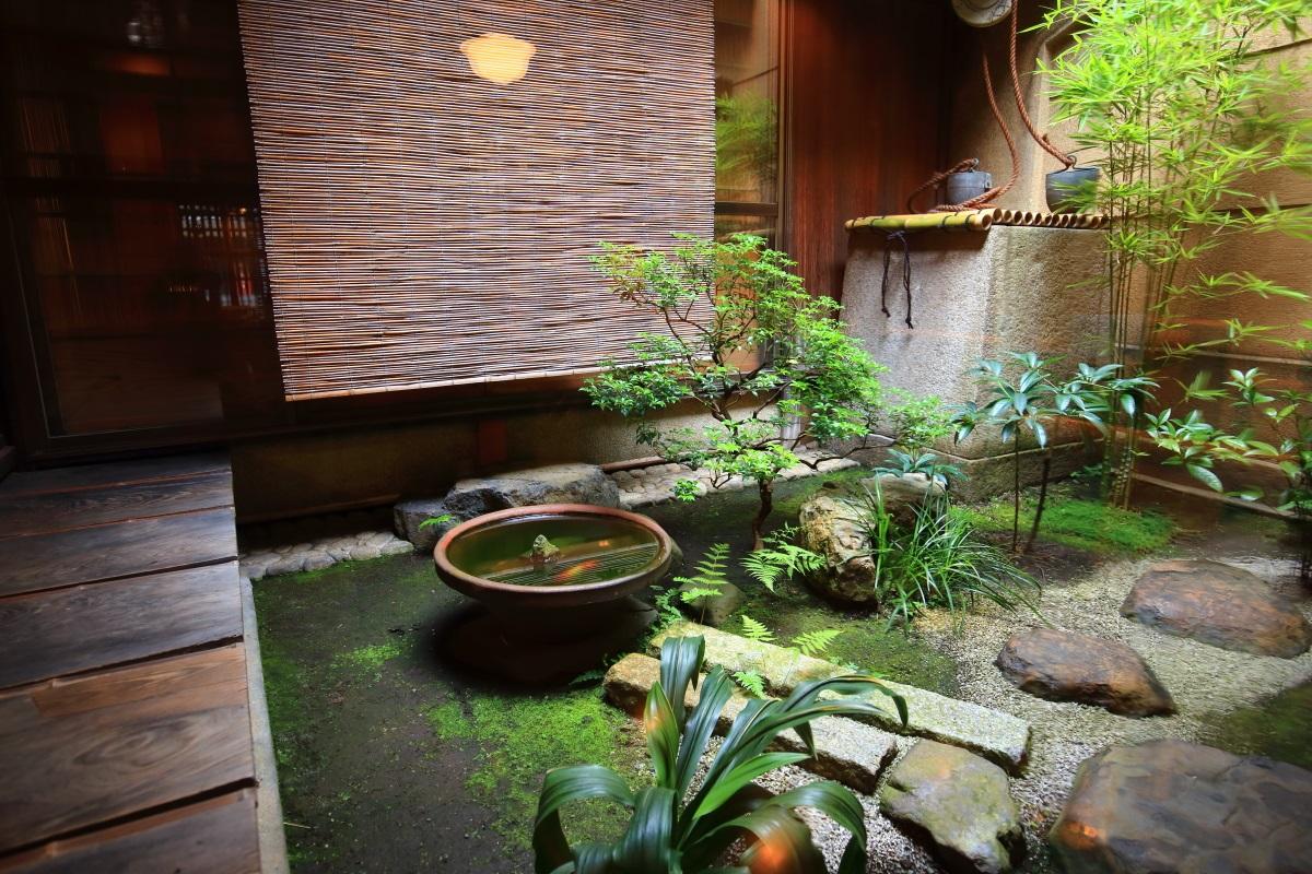 栖園の緑が綺麗な和風の中庭