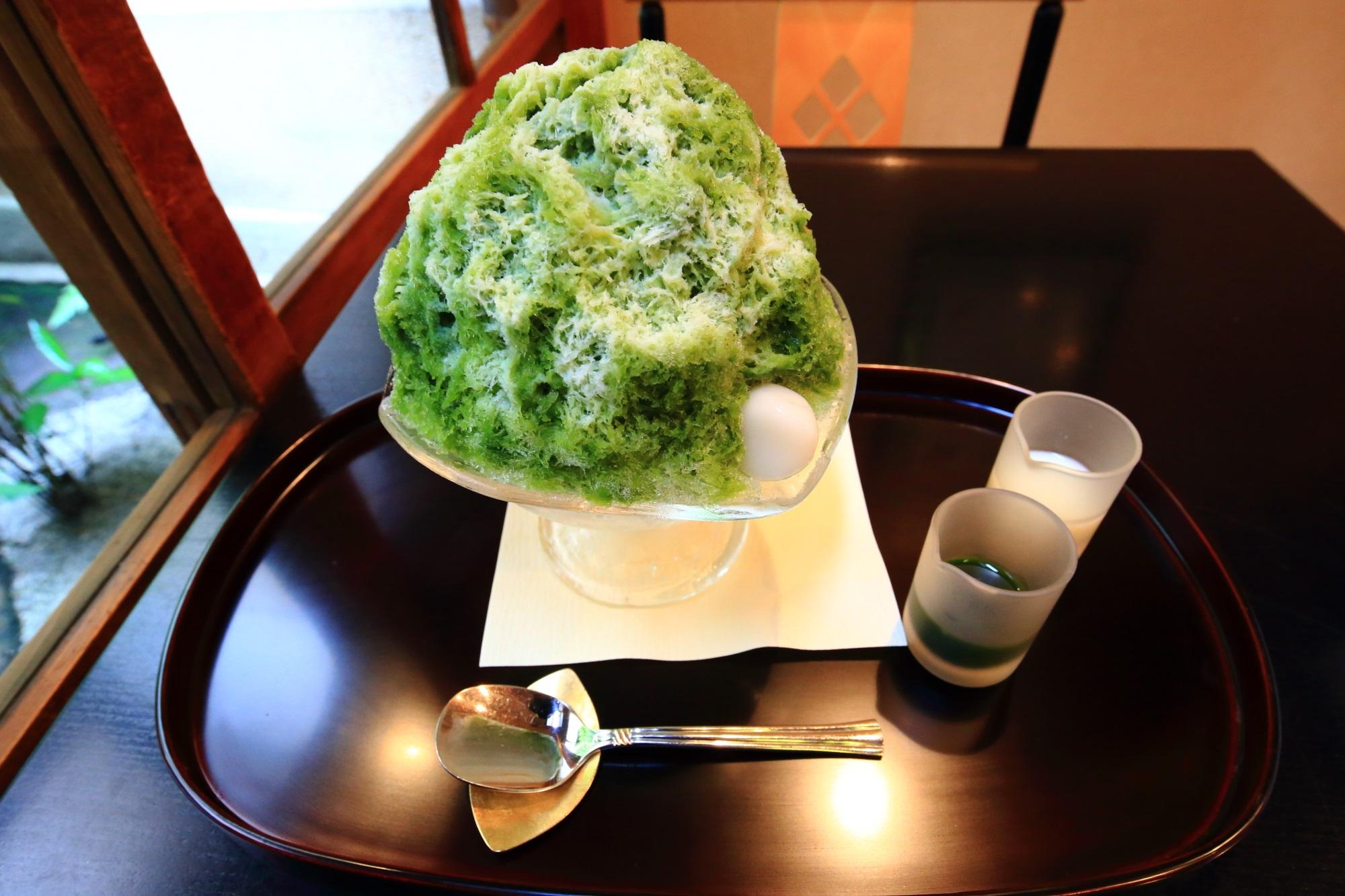 抹茶とミルクのシロップをつけたす宇治ミルクのかき氷