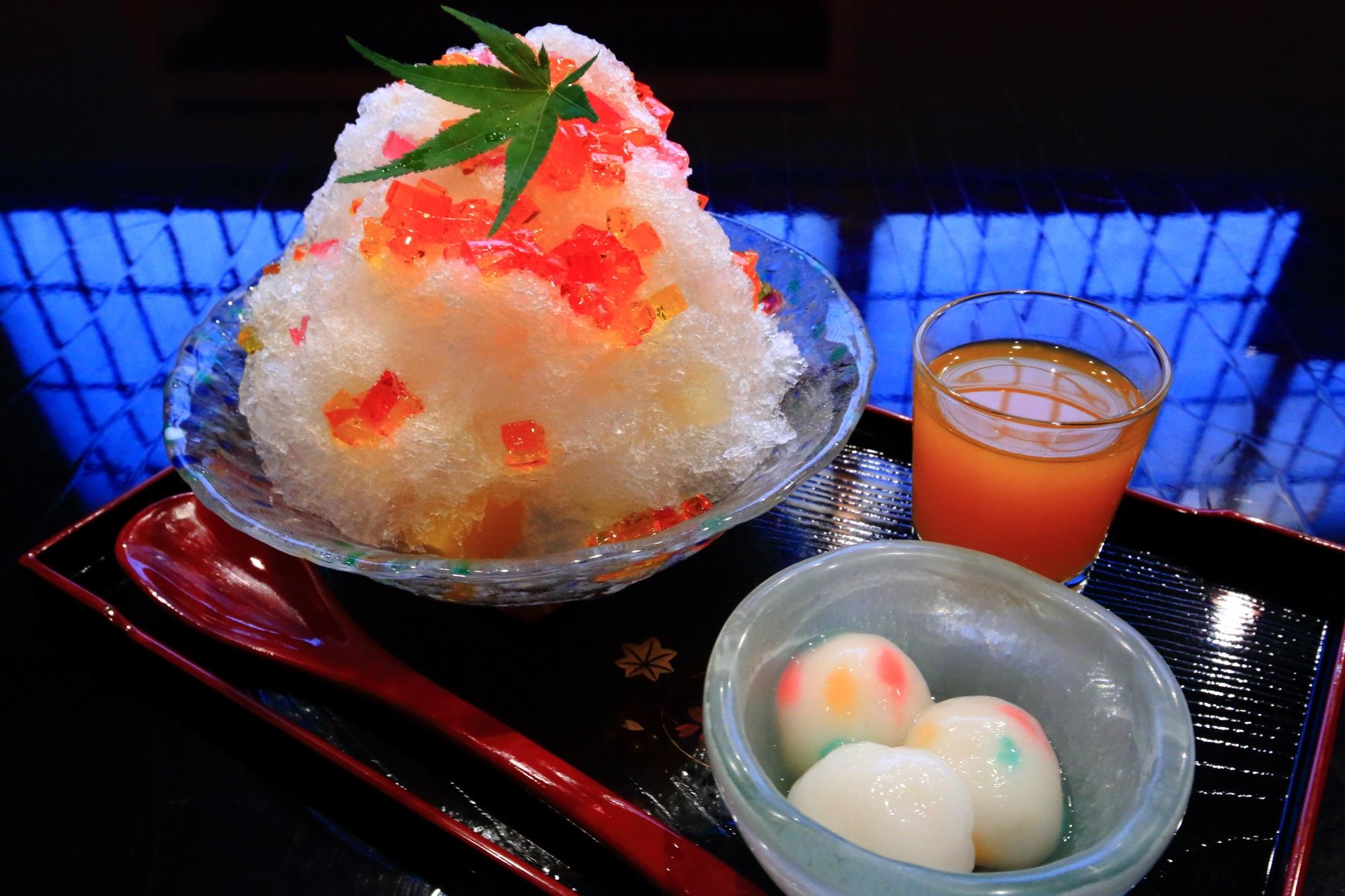 祇園の甘味処ぎおん楽楽のあめちゃんみたいなかき氷(税込900円)