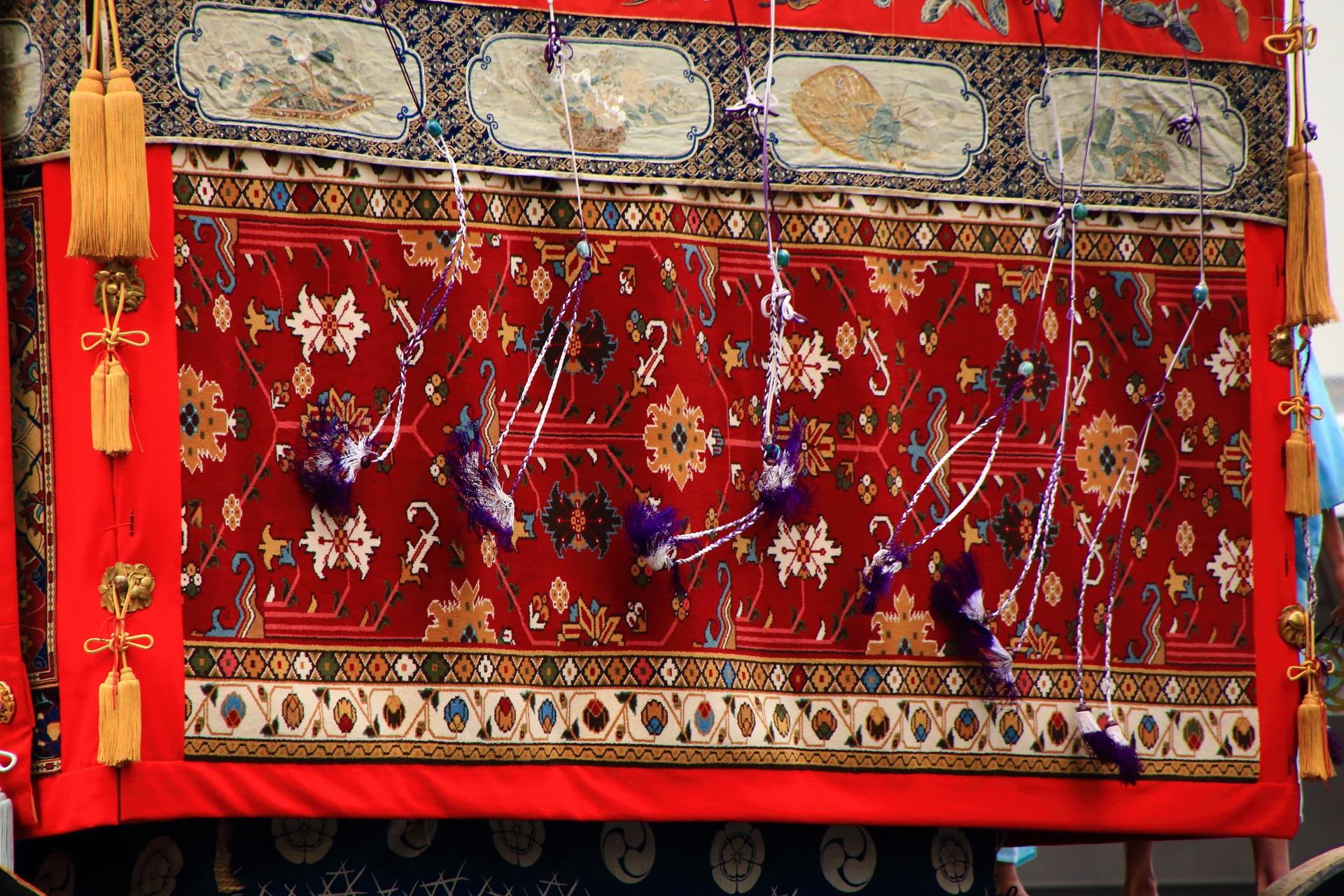 鶏鉾の胴懸の上で踊る飾り紐