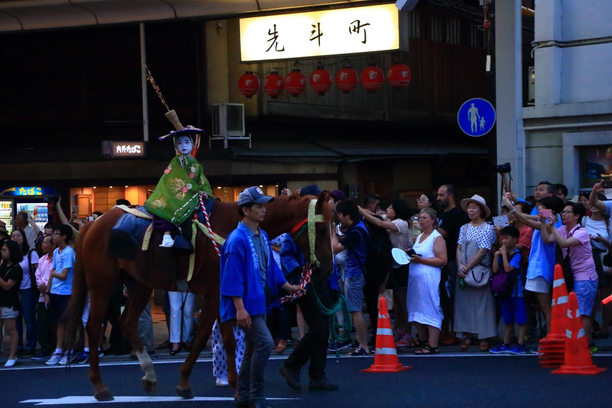 祇園祭のお迎提灯の巡行