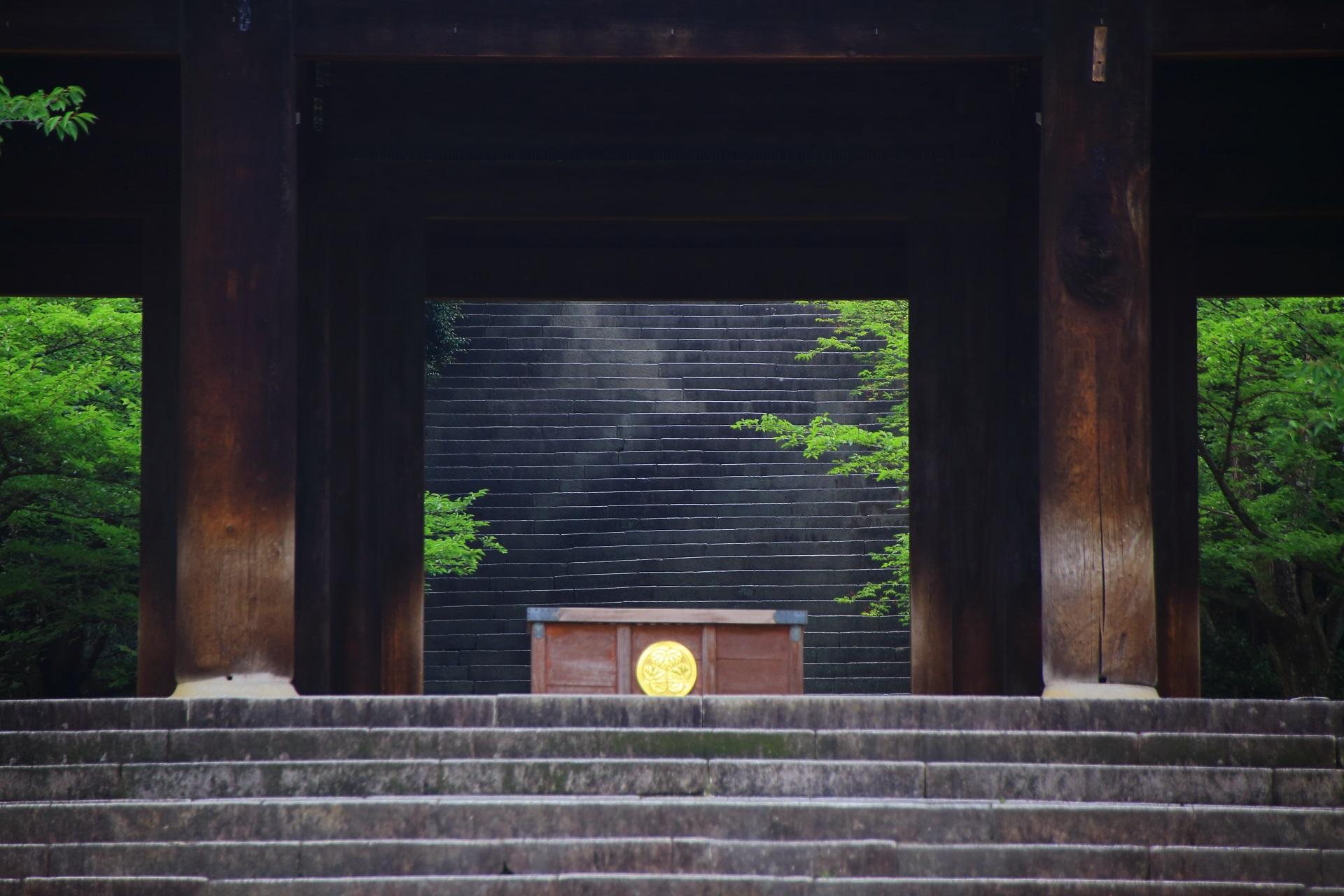 三門とその先の男坂
