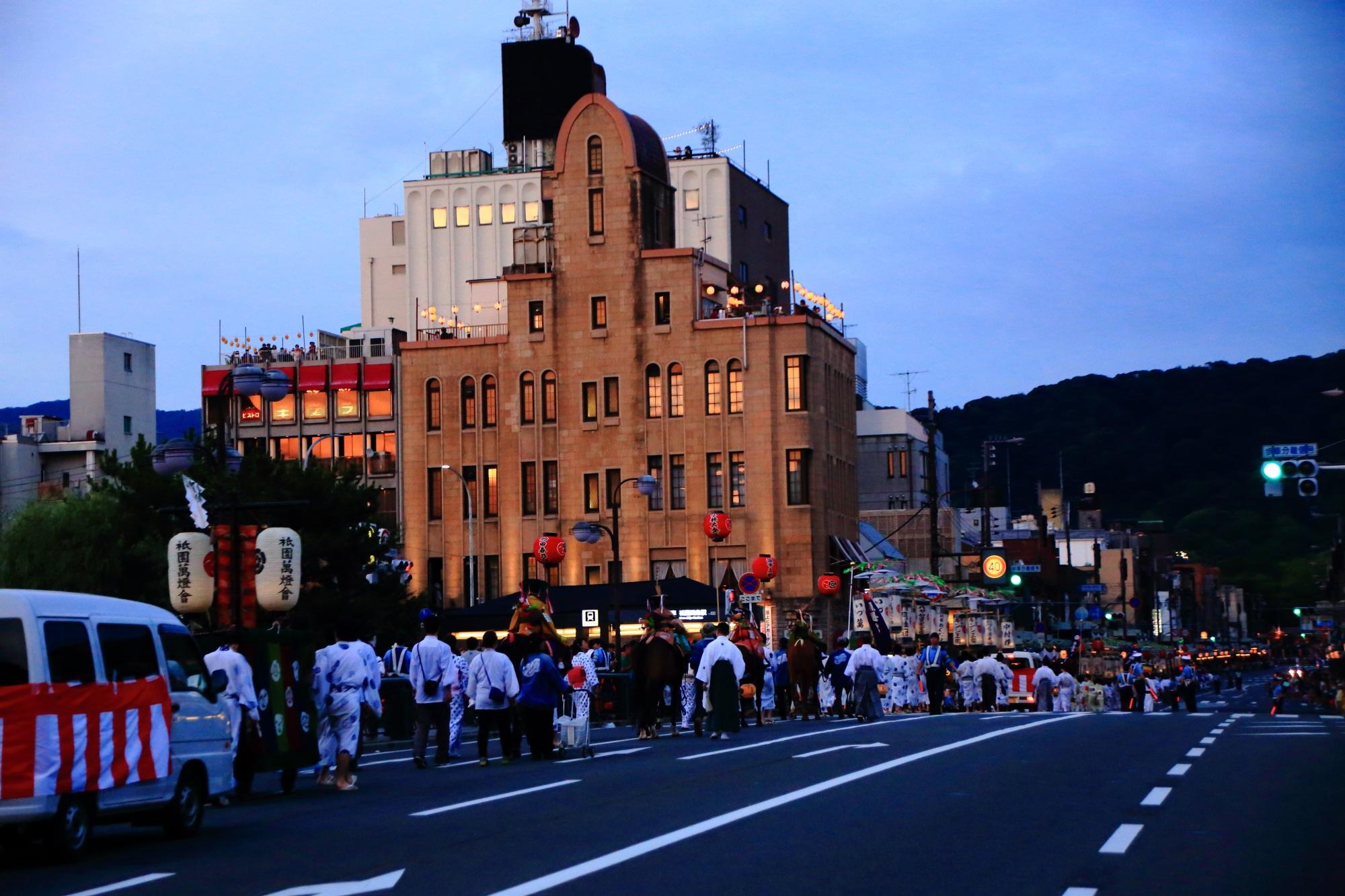 祇園祭の夕暮れのお迎提灯