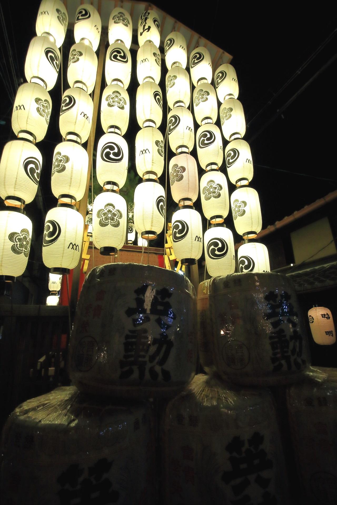宵山の伯牙山の駒形提燈と酒樽