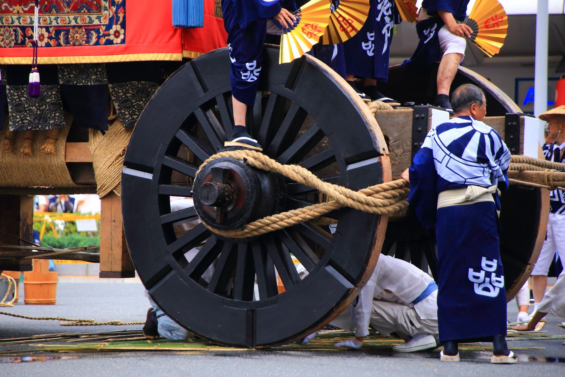 岩戸山の辻回しの準備と車輪