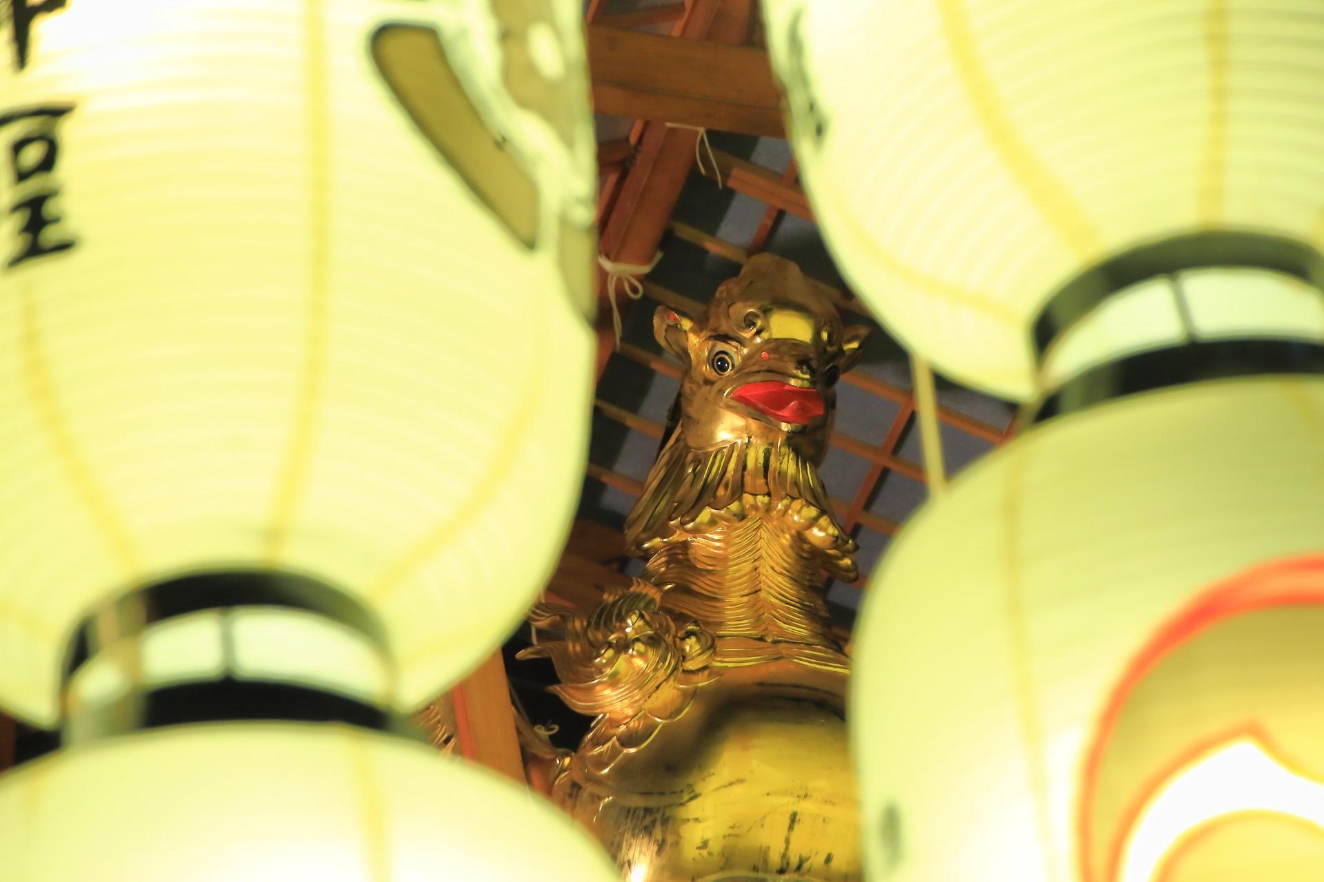 宵山の船鉾の鷁(げき)と駒形提灯