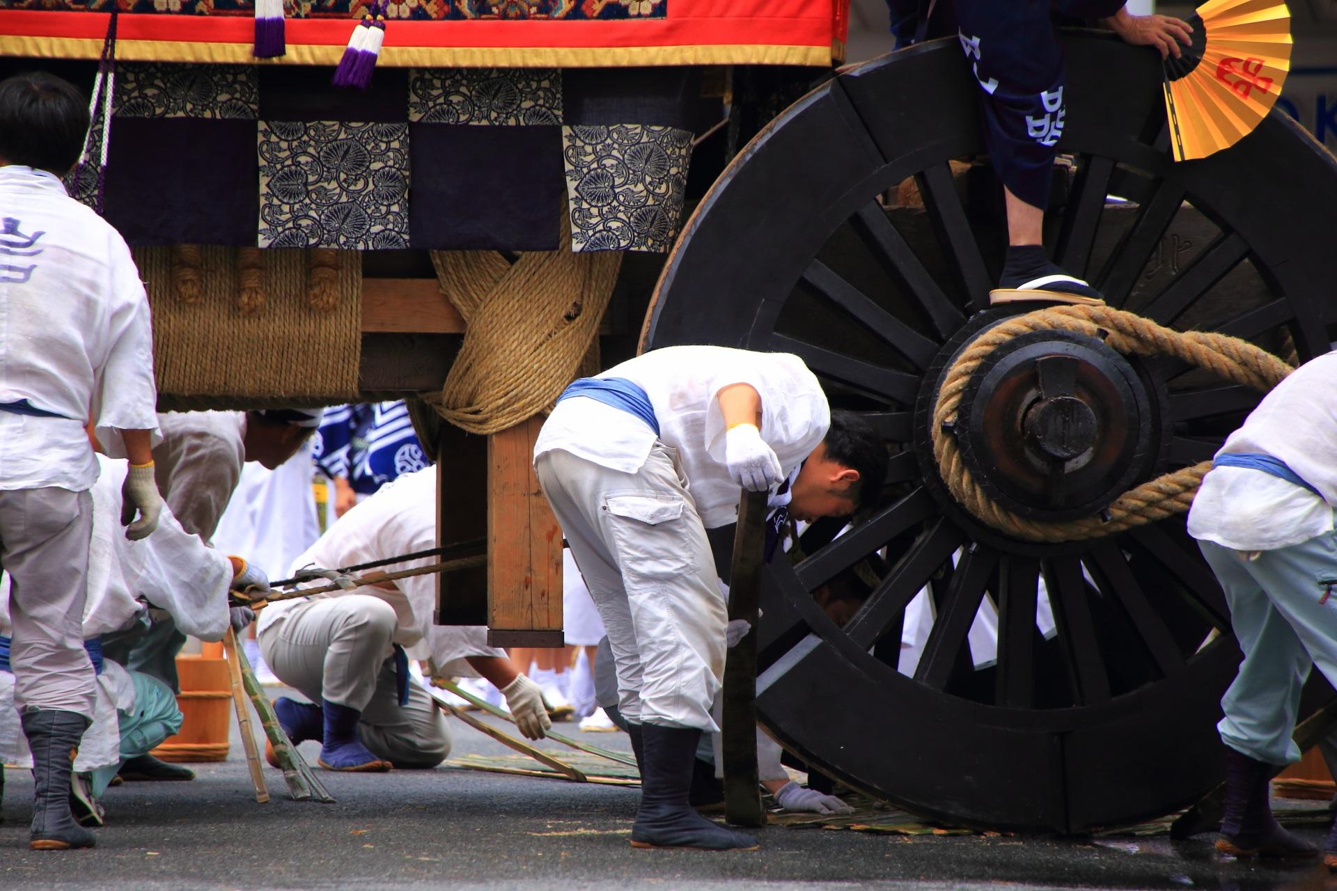 車輪の下に竹を敷いて辻回しの準備をする岩戸山