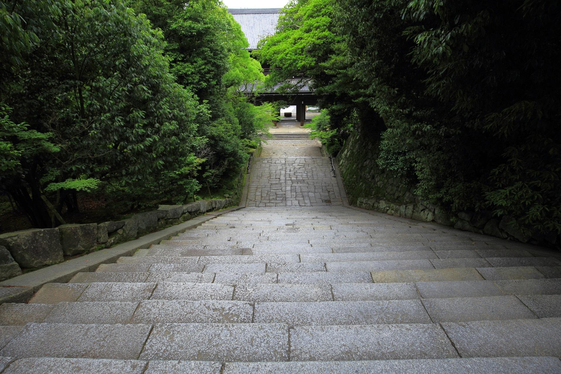 知恩院の男坂の上から眺めた三門と男坂