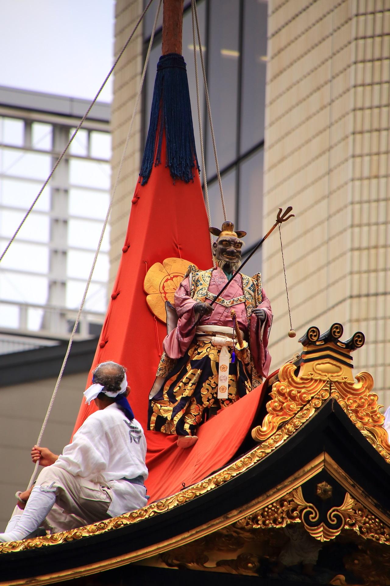 天岩戸を開き天照大神の出現させる日本神話にちなむ岩戸山