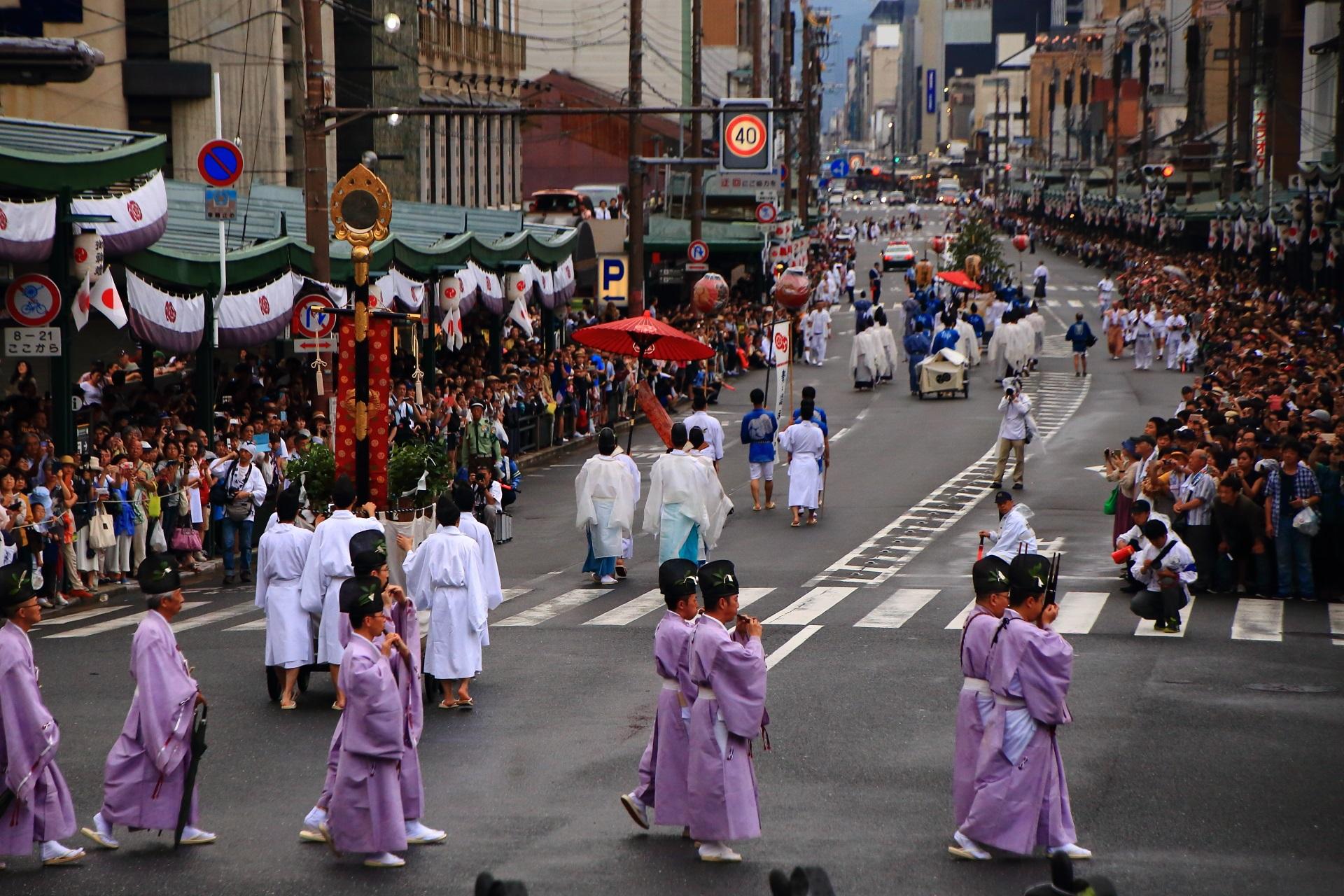 四条通を西へ進む神幸祭の行列