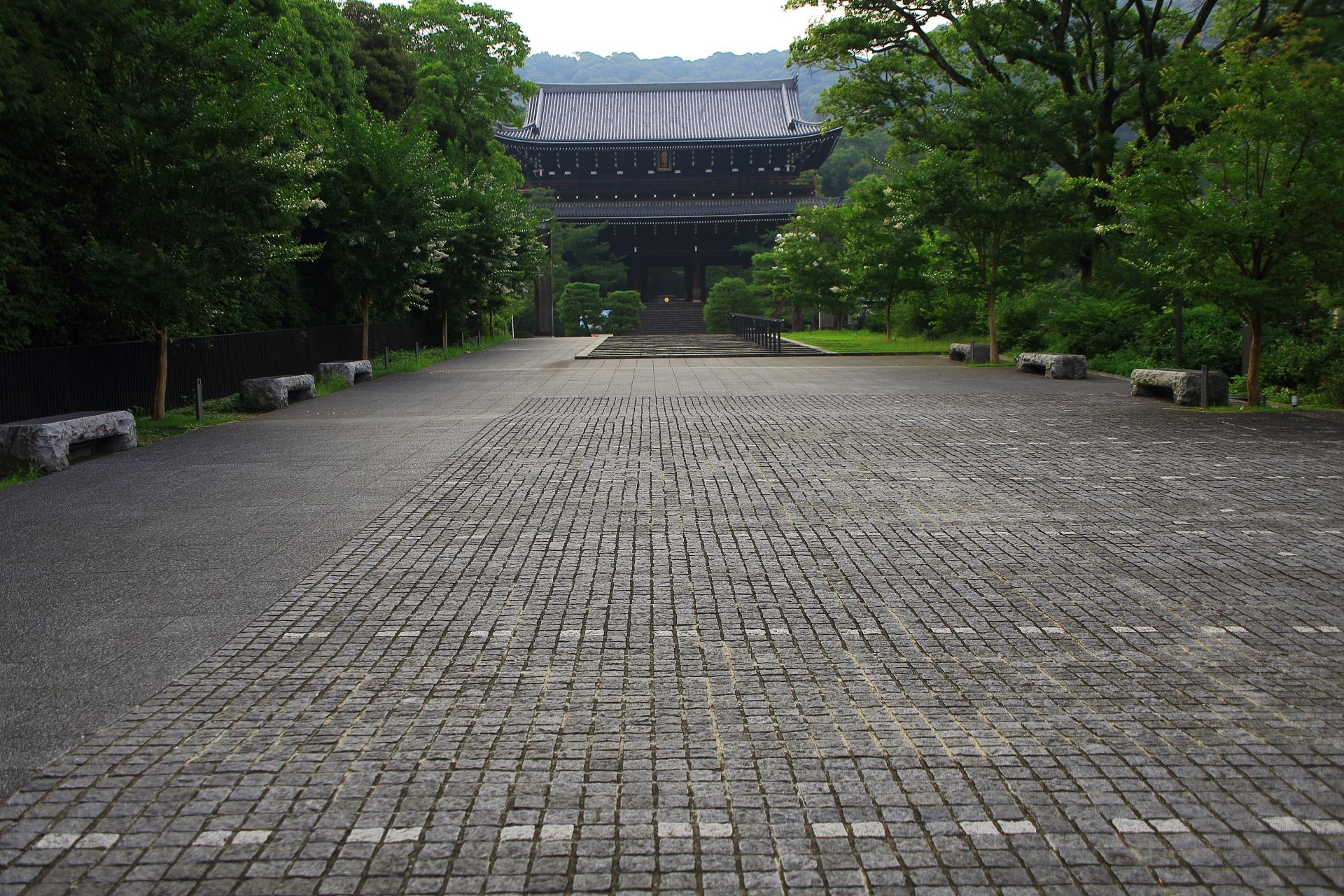 知恩院の三門と広い道