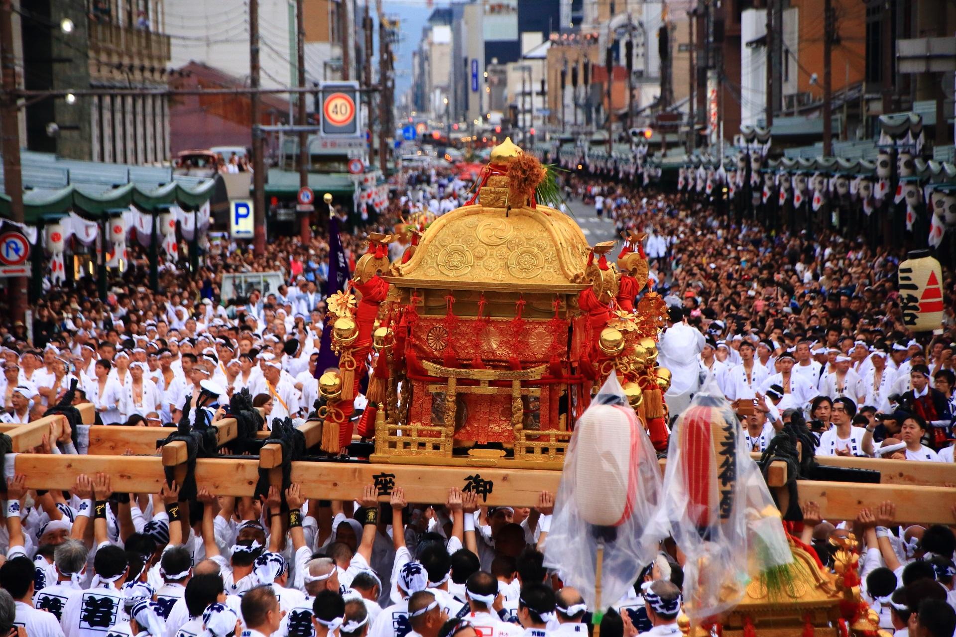 神幸祭で激しく担ぎ上げられる御神輿