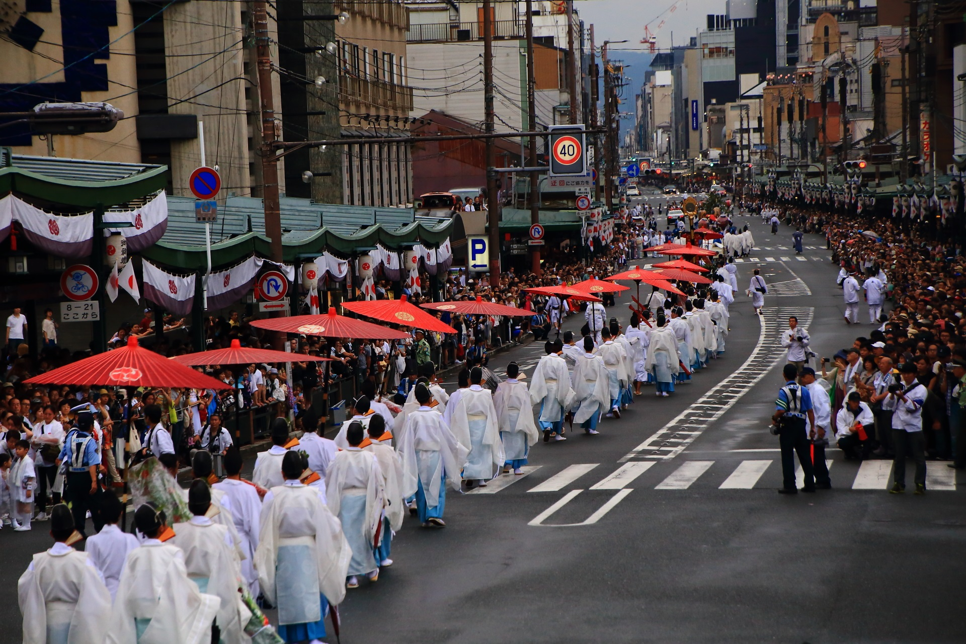 神幸祭の華やかな和傘