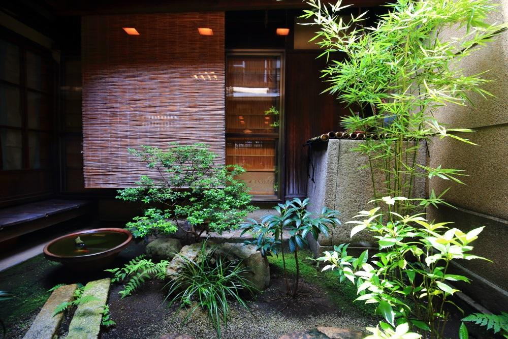 緑がいっぱいの夏の風情ある栖園の中庭