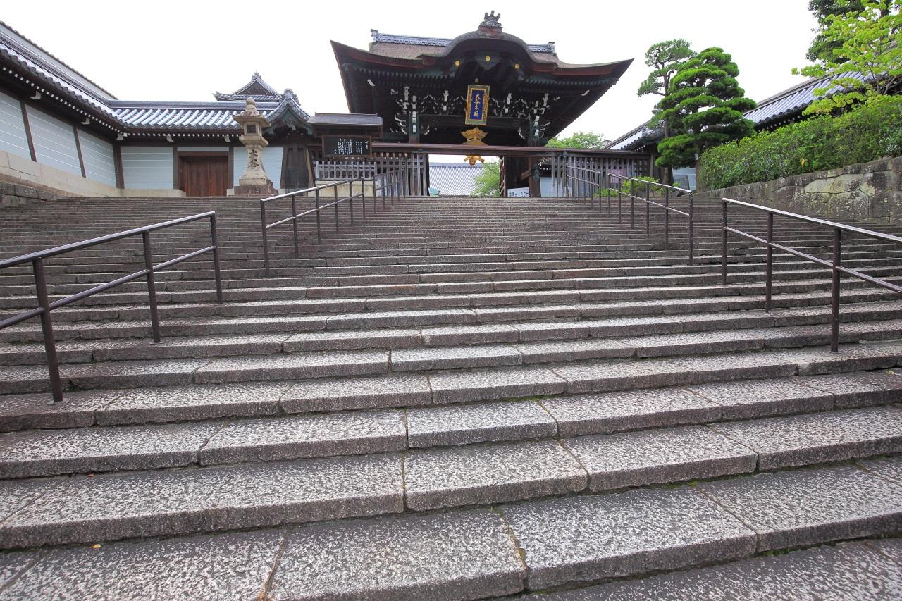 やや厳かな雰囲気がする大谷本廟の総門と石段